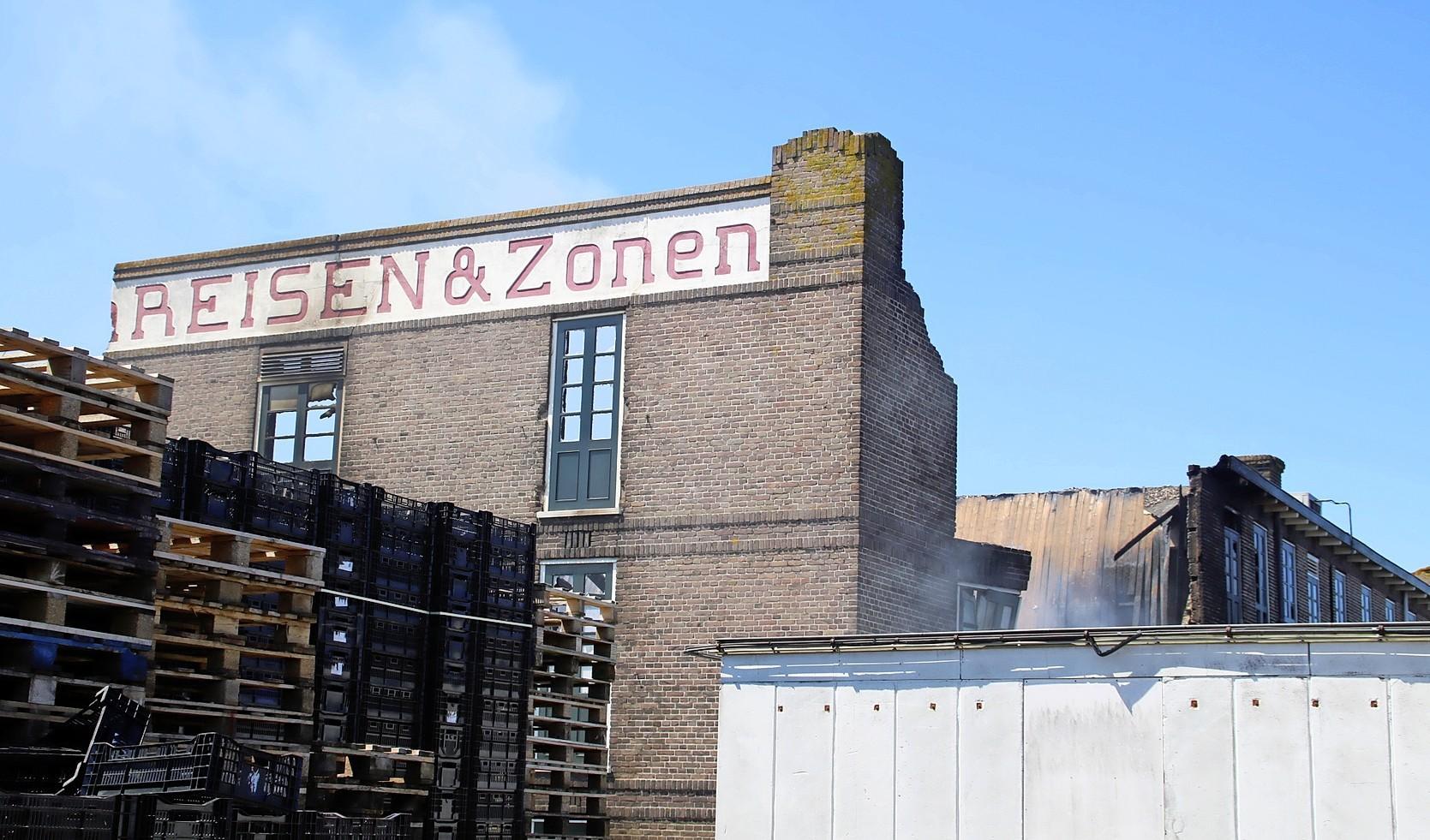 Beduusd bij aanblik van verwoest verleden in Voorhout: monumentale bollenschuur deels verloren gegaan bij brand