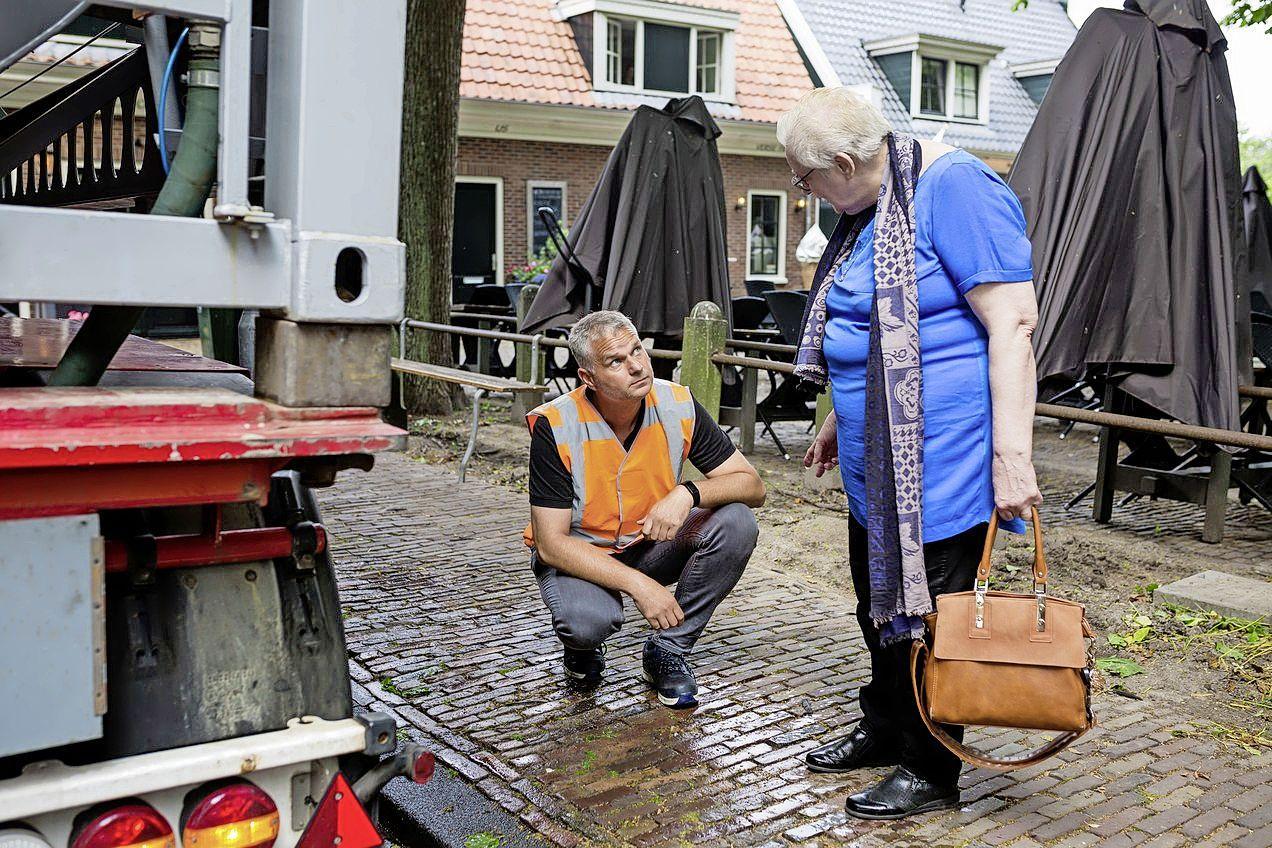 Met een grote tank door de straten van Beemster om onkruid te bestrijden: 'Goed voor kwetsbare steentjes en bescherming dorpsgezicht'