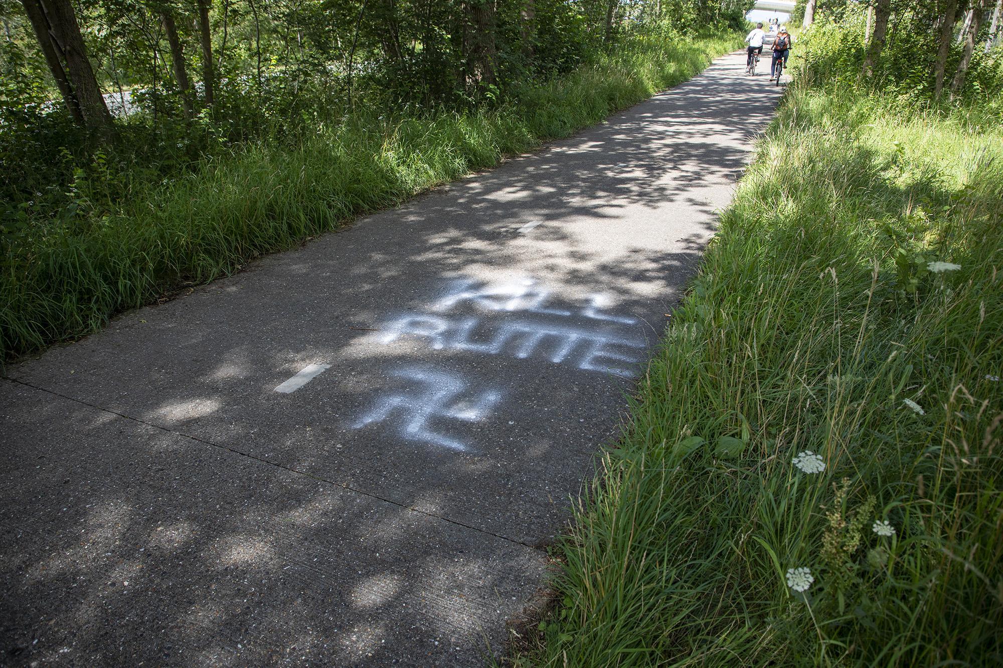Hakenkruizen gevonden op fietspad Zeeweg in Overveen: 'Totaal onacceptabel dat zoiets gebeurt op een plek met zoveel oorlogshistorie'