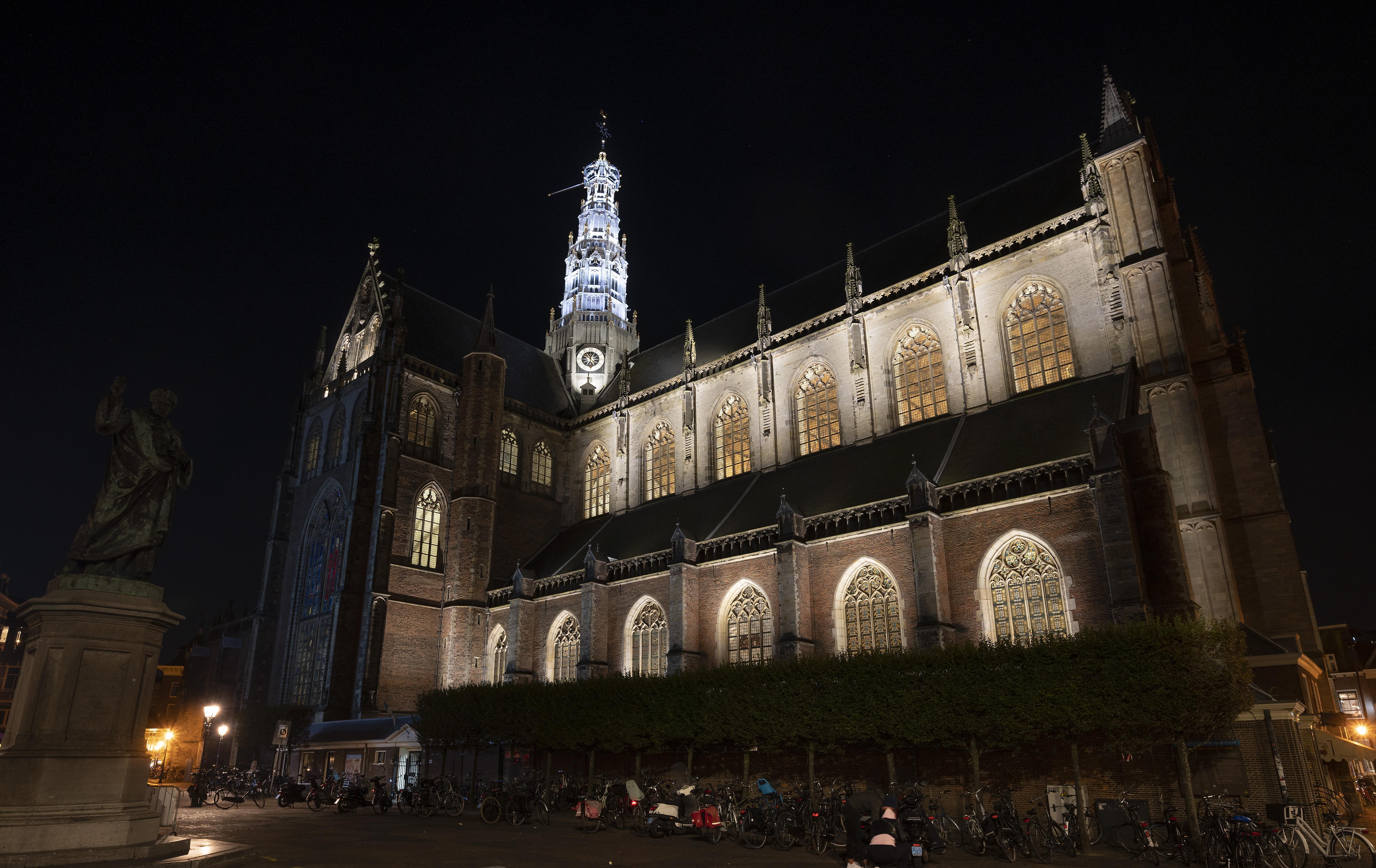Nieuw licht op 'mooiste van het land'. Energiezuinige schijnwerpers op Oude Baaf in Haarlem kosten zes ton en zorgen voor een fraai schouwspel