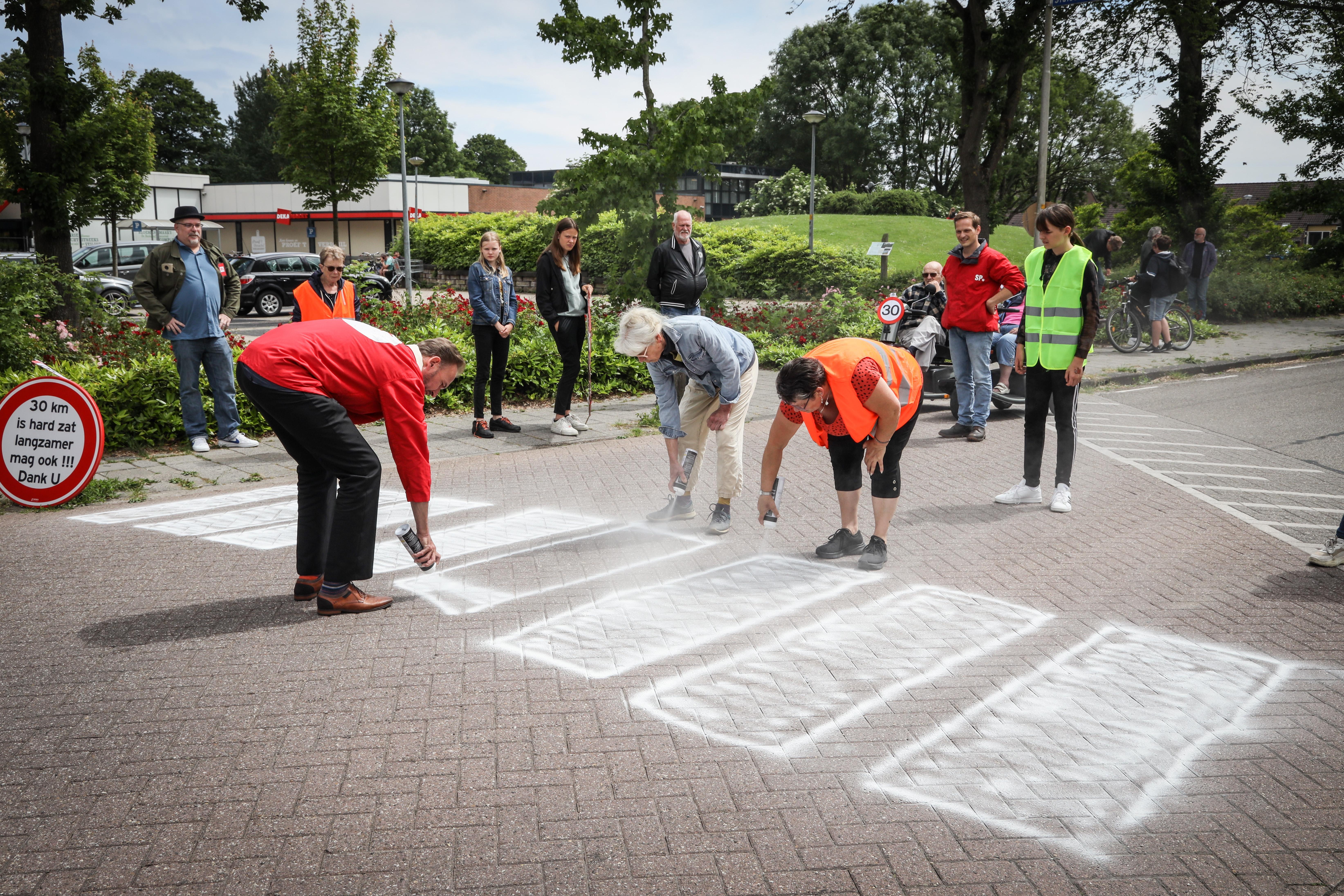 Doe-het-zelf zebrapad met spuitbussen: bewoners Overstort eisen veiligheid