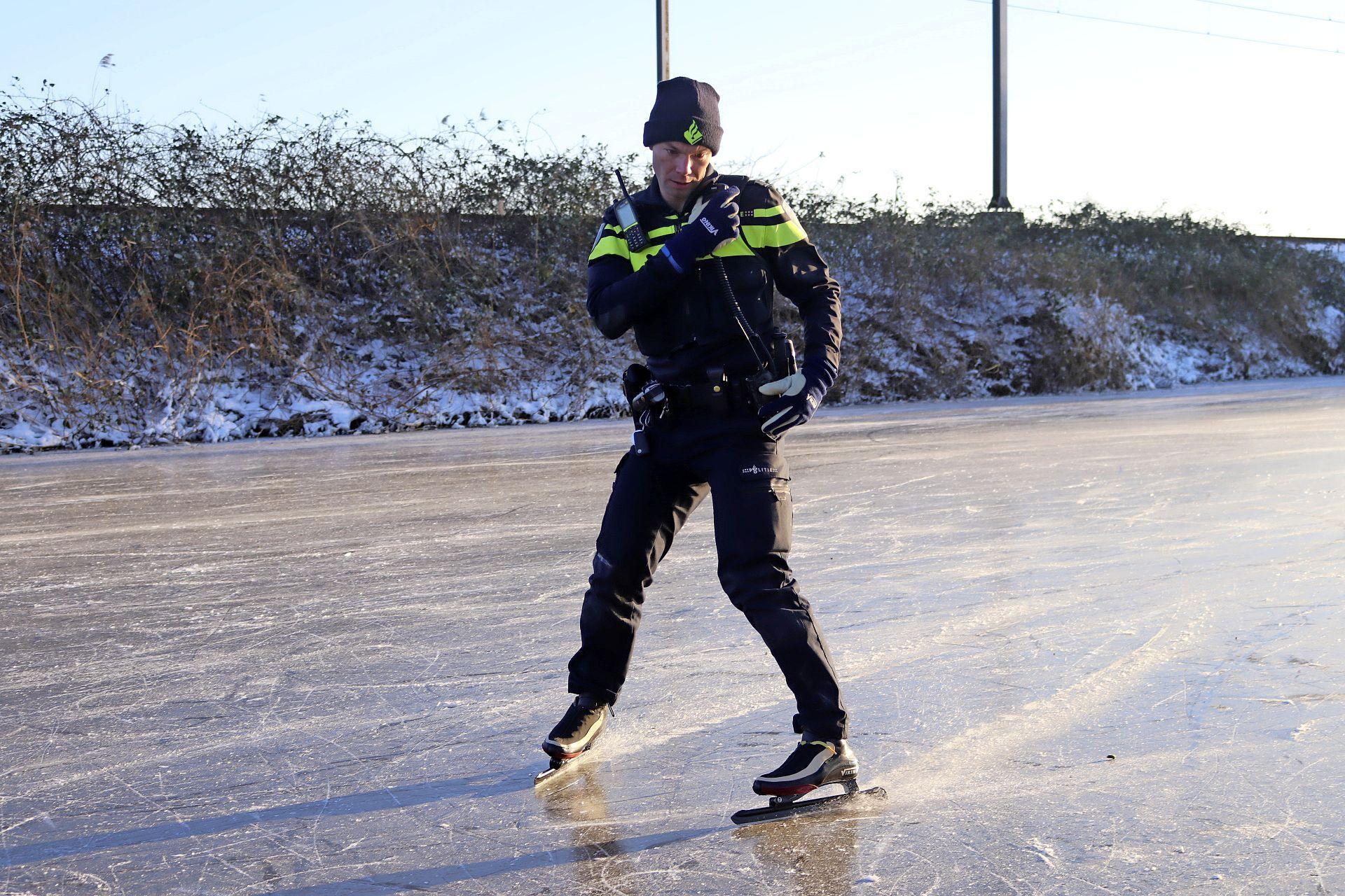 Wijkagent surveilleert op schaatsen in Noordwijkerhout [video]