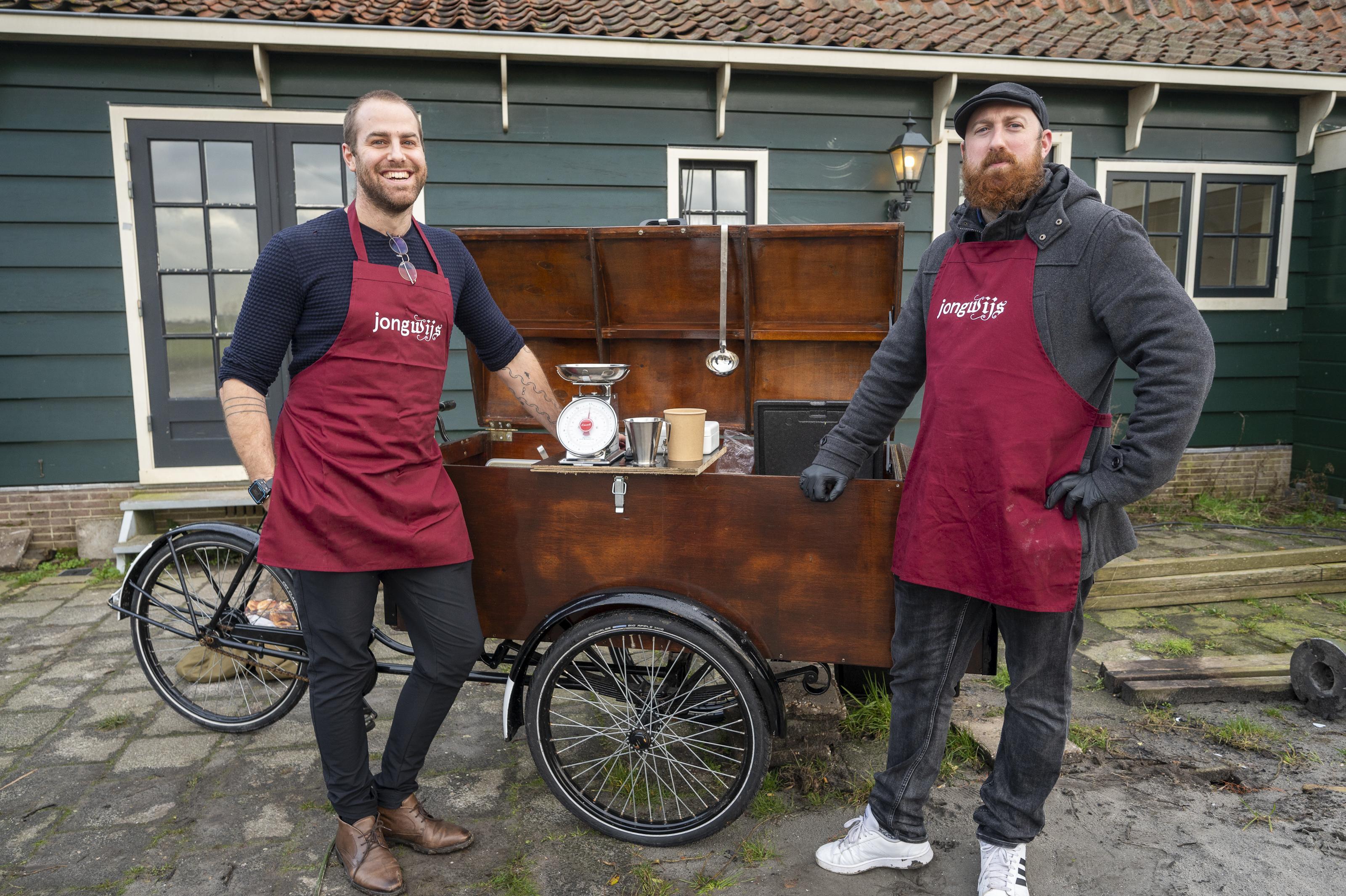 Elke zaterdag soep en brood van Jongwijs: Chef-kok Sylvester rijdt met bakfiets als 'coronaproof buurthuis' door Westzaan en buurdorpen