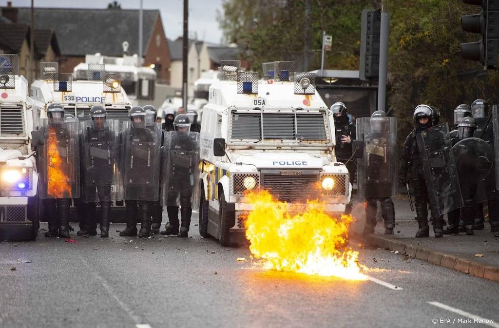 Negentien agenten gewond bij rellen Noord-Ierland