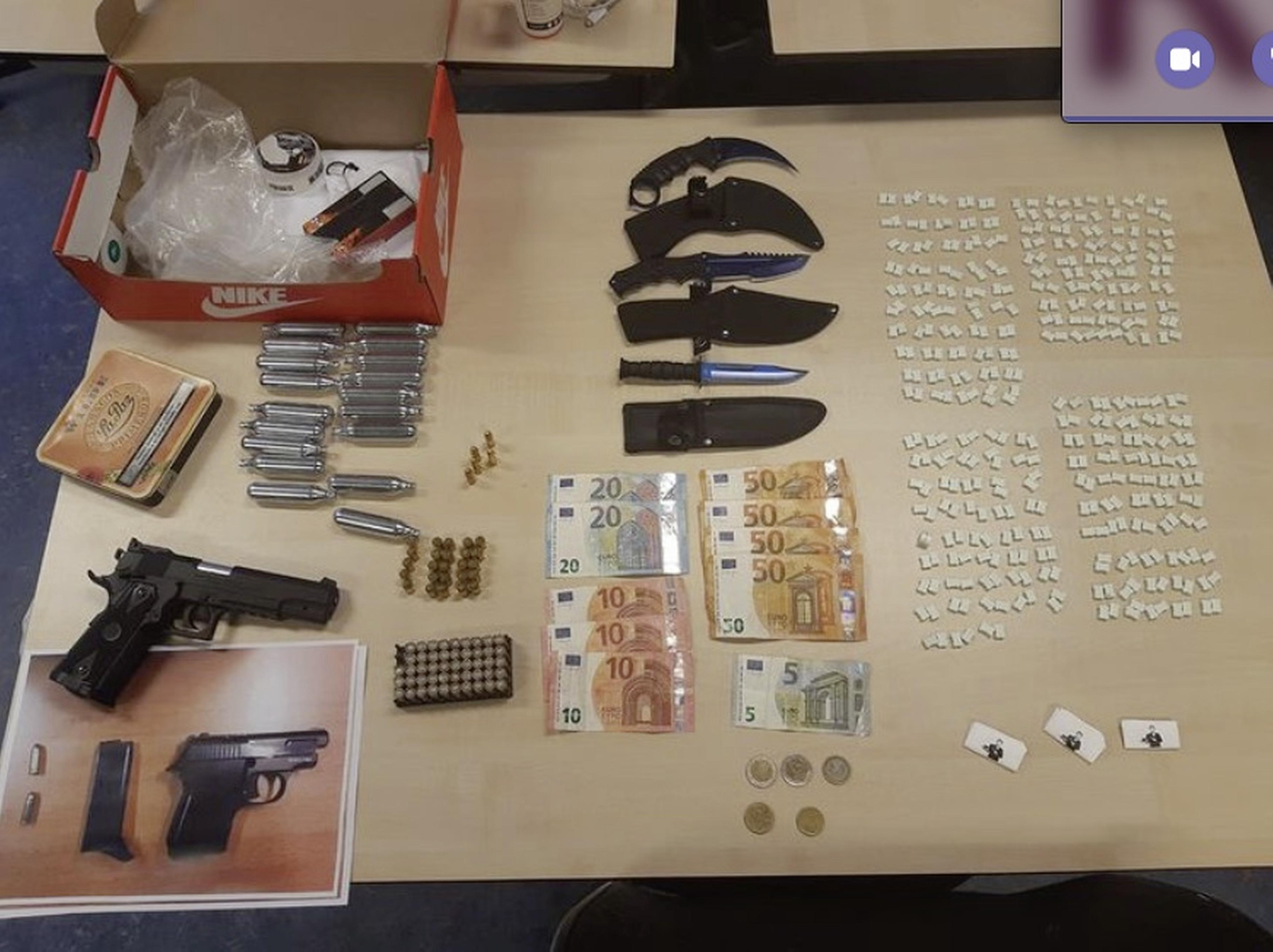 Coke, 386 pillen, messen, een pistool en ammunitie. Man (21) aangehouden in Hippolytushoef na 'behoorlijke' vondst