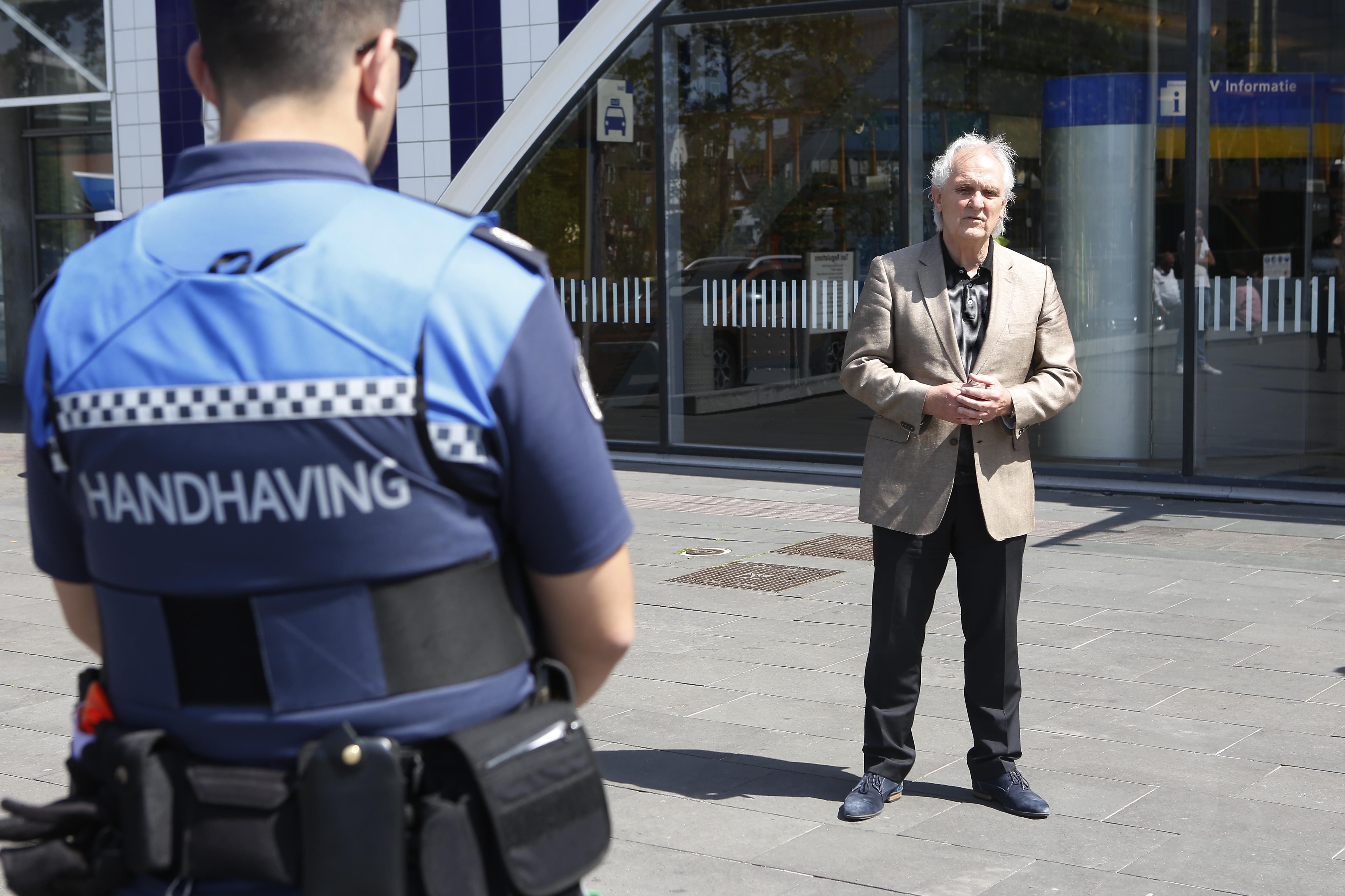 Boa's hebben alles onder controle in de regio Hilversum. Burgemeester Broertjes: 'Nog geen incidenten sinds nieuwe coronamaatregelen'