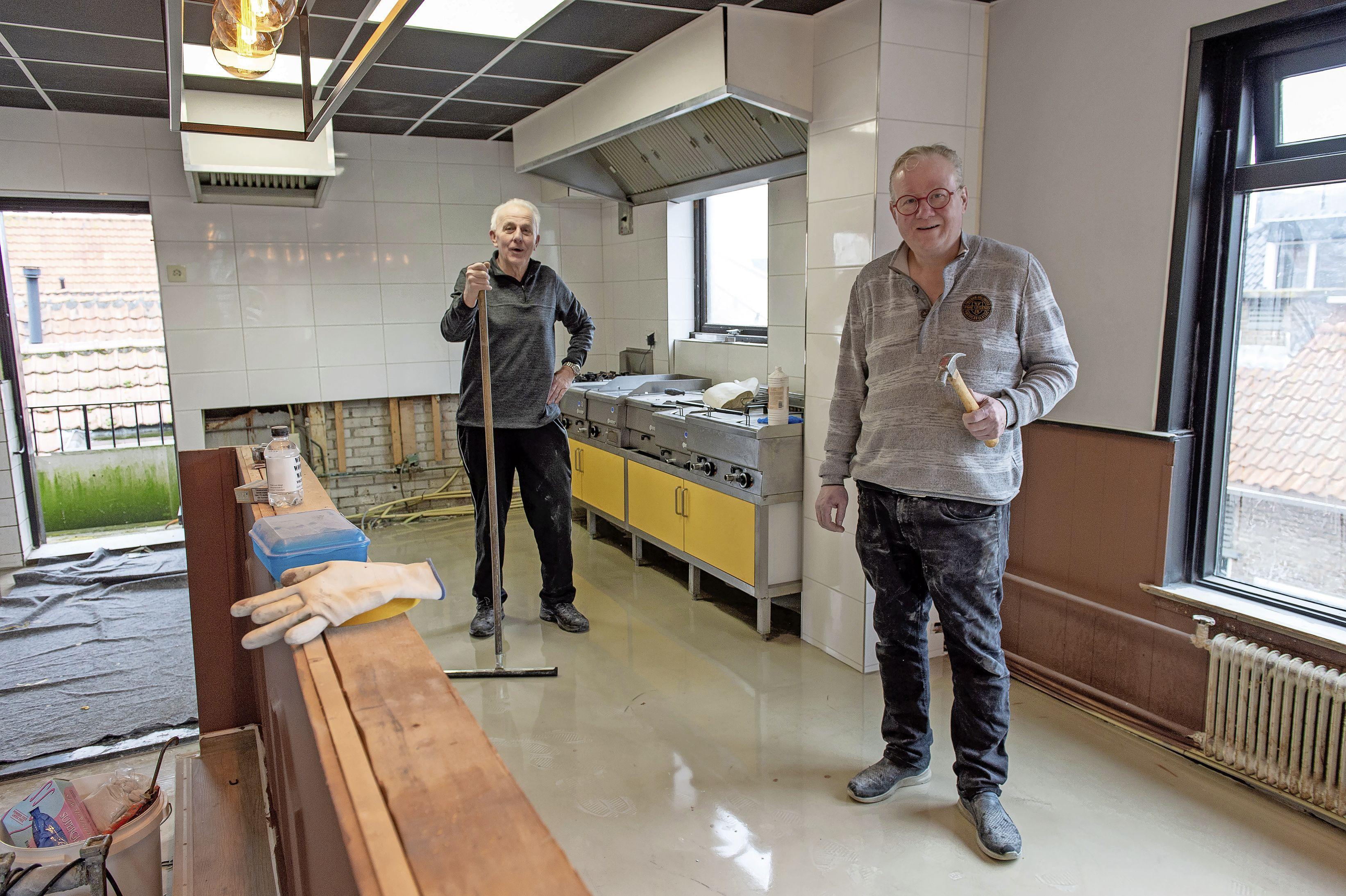 'In de slechtste tijden moet je scoren'; Vincent Veerman wil boven Sjaakie's Café dagschotels voor Volendamse alleenstaanden serveren