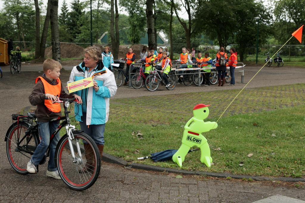 Praktisch verkeersexamen voor groep 7 moet worden ingehaald, vindt VVD; Veilig Verkeer afdeling Baarn ziet niets in herkansing; 'Je doet de jeugd er ook geen plezier mee'
