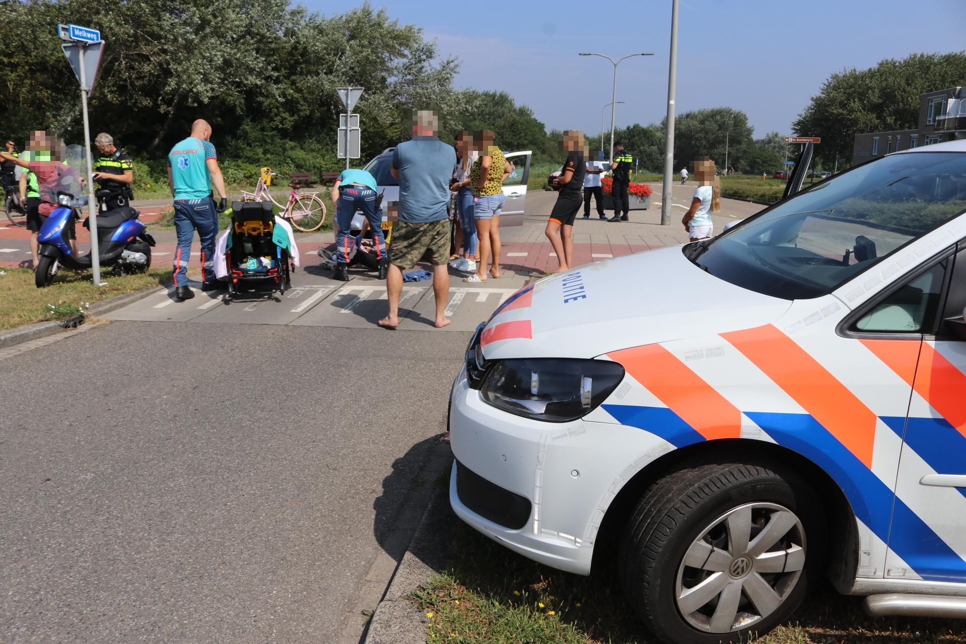 Scooterrijder botst tegen auto in Katwijk