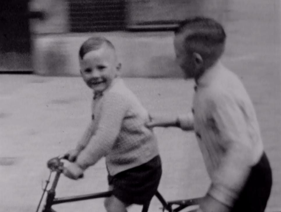 Bewegend Verleden: Fietsles op het Waagplein in Alkmaar, 1947 [video]