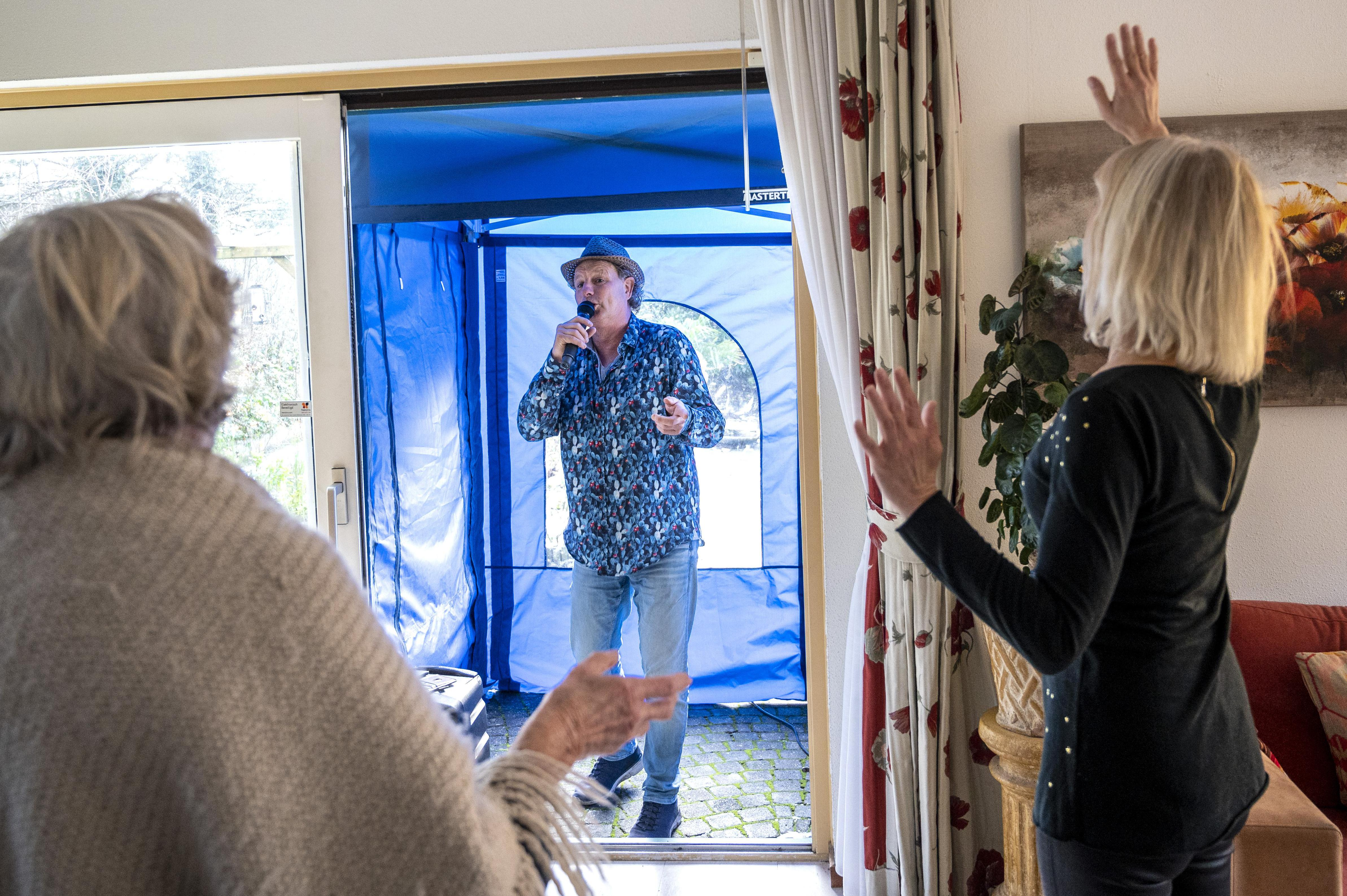 Zandvoortse zanger Patrick van Kessel kan, met dank aan zijn tentje, op afstand dementerende ouderen raken: 'Bij vijf huizen zing ik elke week, ze weten dat en kijken ernaar uit'