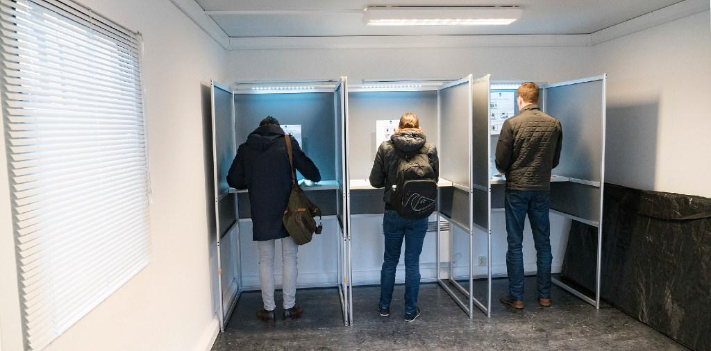 'Verkiezingscircus': Alkmaar zet stemtenten in. Vanwege corona kan er niet in scholen en verpleeghuizen worden gestemd
