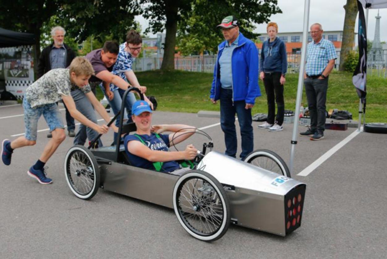 'Groene' racers bij Martinuscollege Grootebroek: 'Hoppa! Vol gas, in de ankers!' [video]