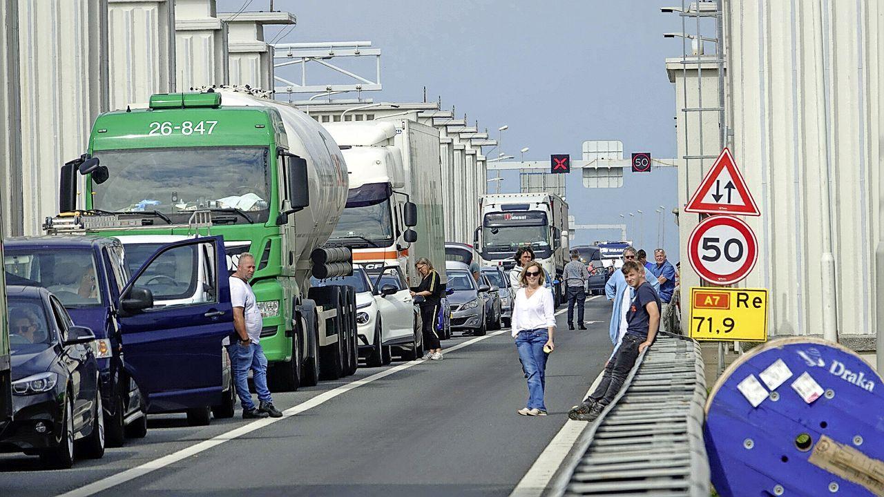 Afsluitdijk afgesloten richting Friesland vanwege ongeluk, file op de A7 bij Den Oever