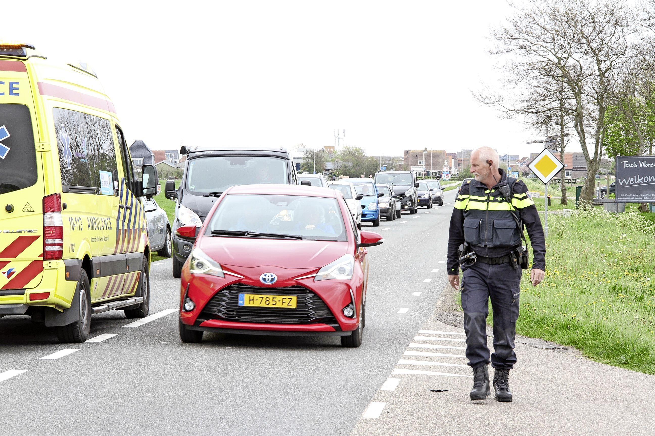 Fietser aangereden tijdens oversteken op Schildersweg in Oudeschild, slachtoffer mee naar het ziekenhuis