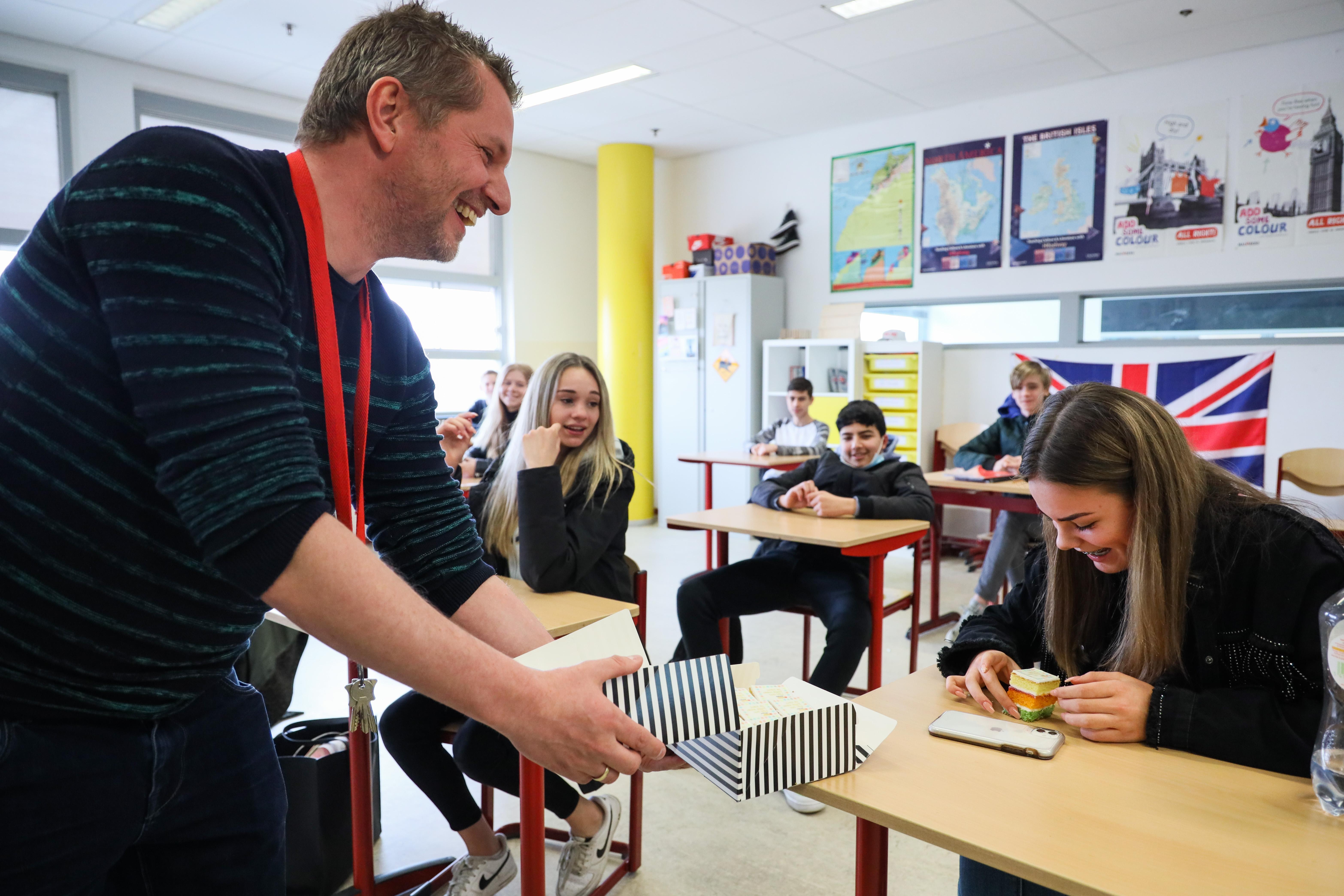 Newton trakteert leerlingen op eerste dag dat vrijwel alle leerlingen weer 'echt' naar school kunnen