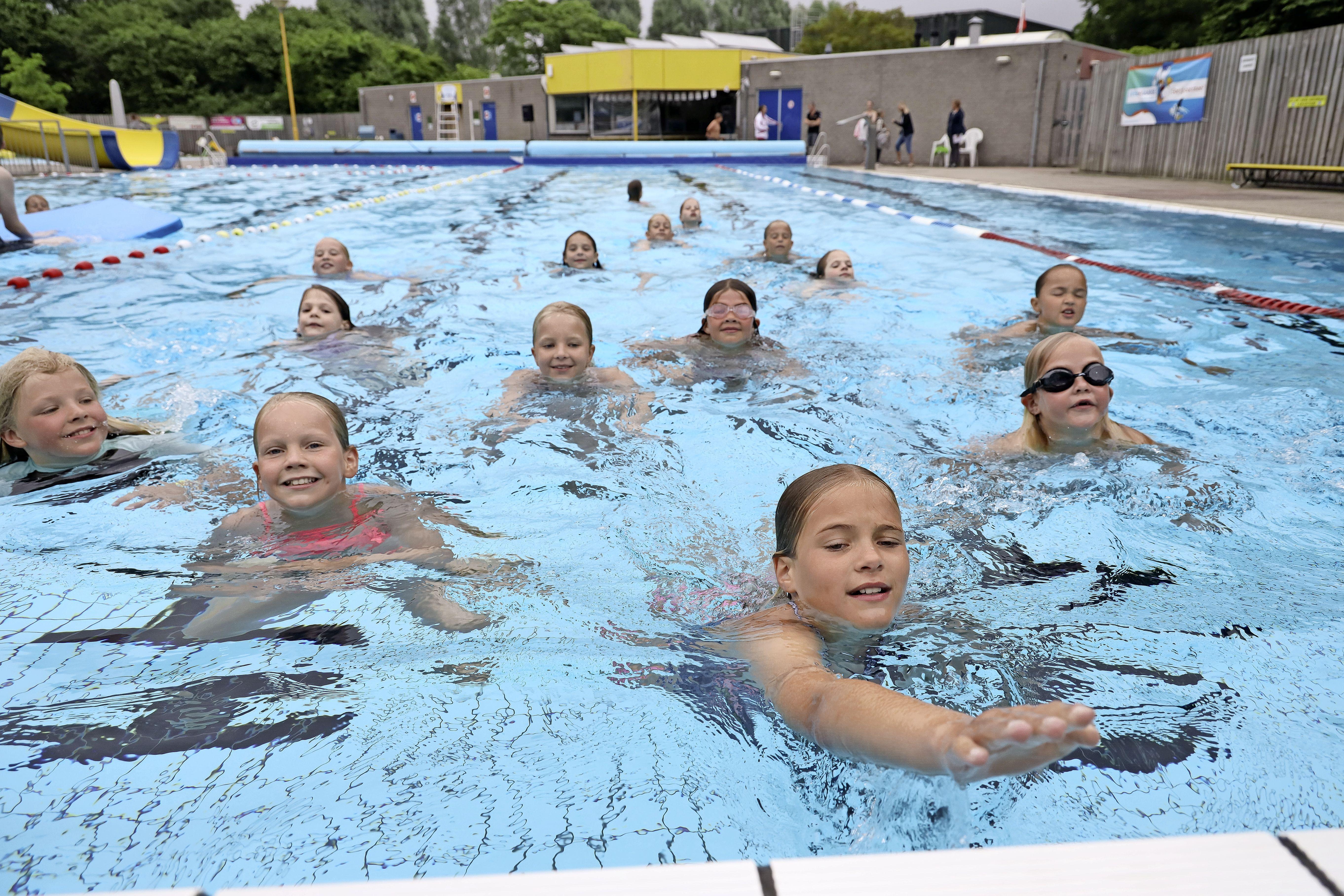 Dubbel trots het water uit. Deelnemers zwemvierdaagse in Andijk halen prachtig bedrag op voor door vandalisme getroffen kinderboerderij