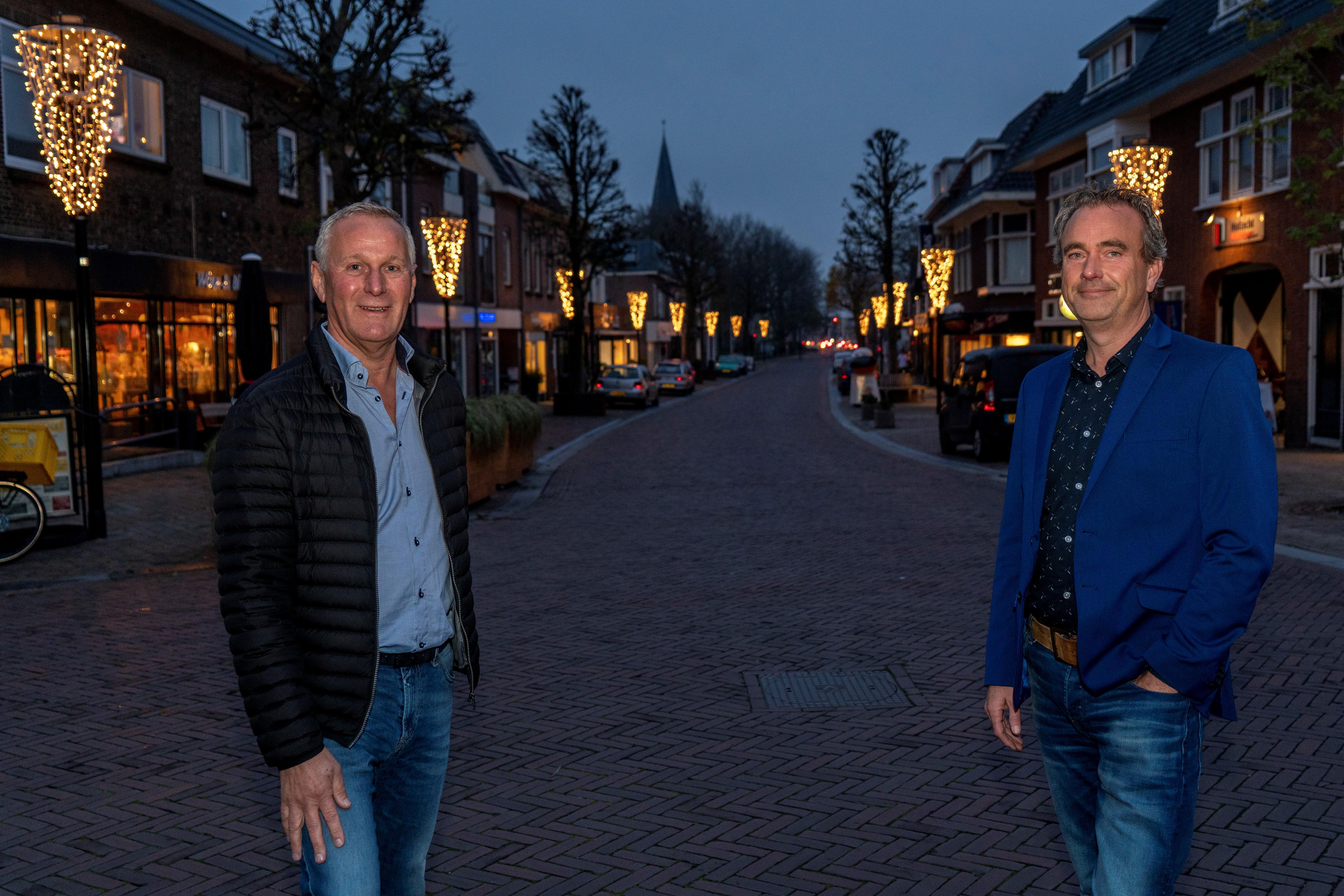 Sfeerverlichting ontstoken in Hillegoms centrum: 'Letterlijk en figuurlijk een lichtpuntje in donkere tijden'
