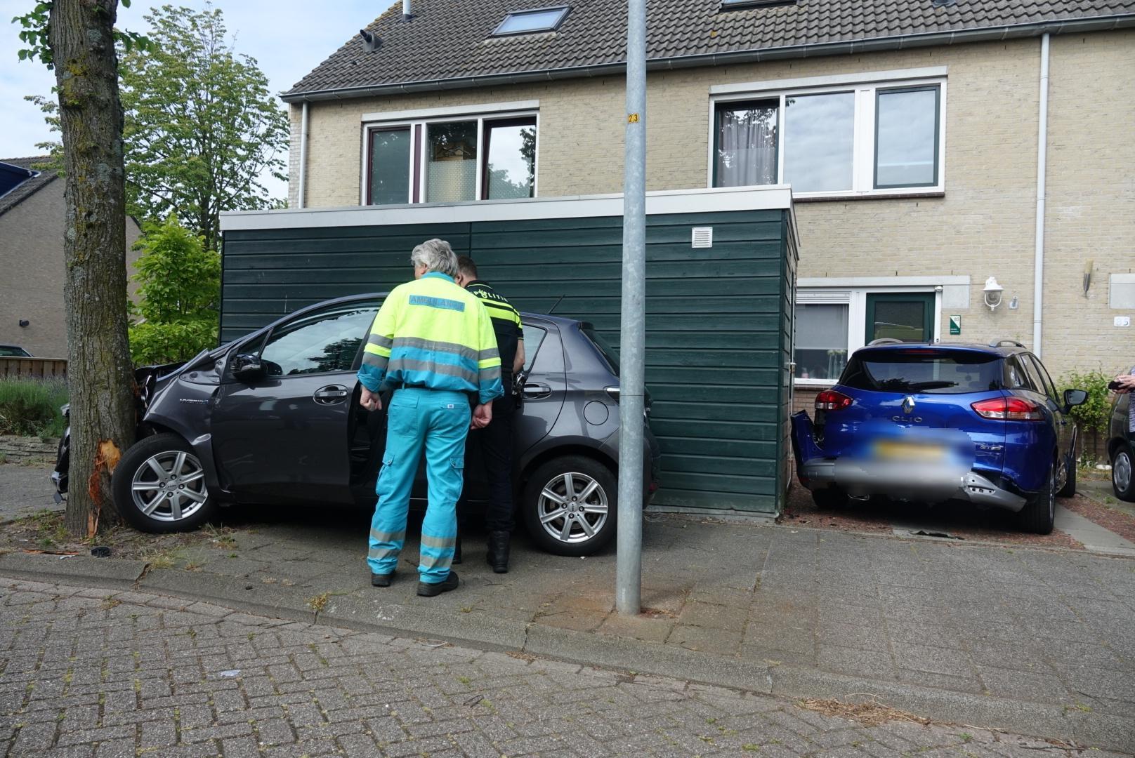Automobilist schampt geparkeerde auto en botst tegen boom in Alkmaar