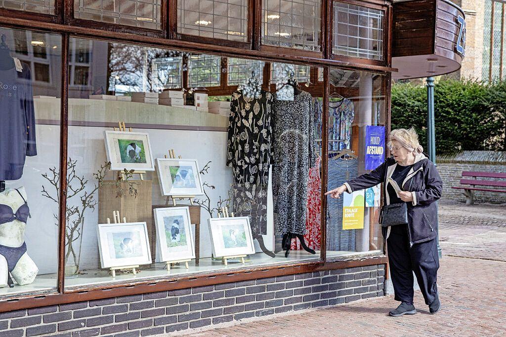 Winkeliers laten kunstwerken zien in hun etalage. Naast een bijzondere appel hangt een lingeriesetje. 'Alsof ze voor elkaar bestemd zijn'