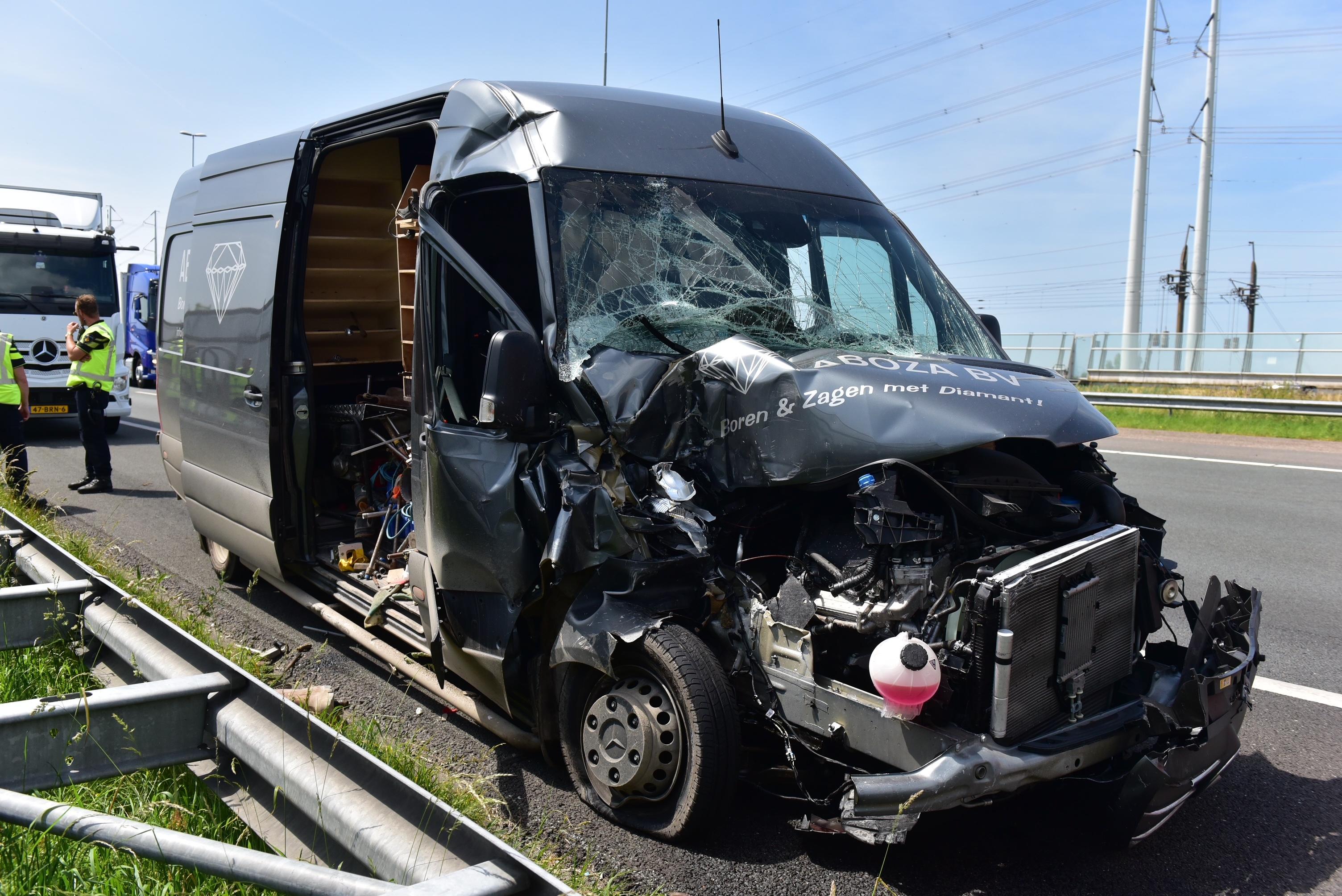 Bedrijfsbusje botst tegen vrachtwagen op A4 bij Rijpwetering: file van 3 kilometer