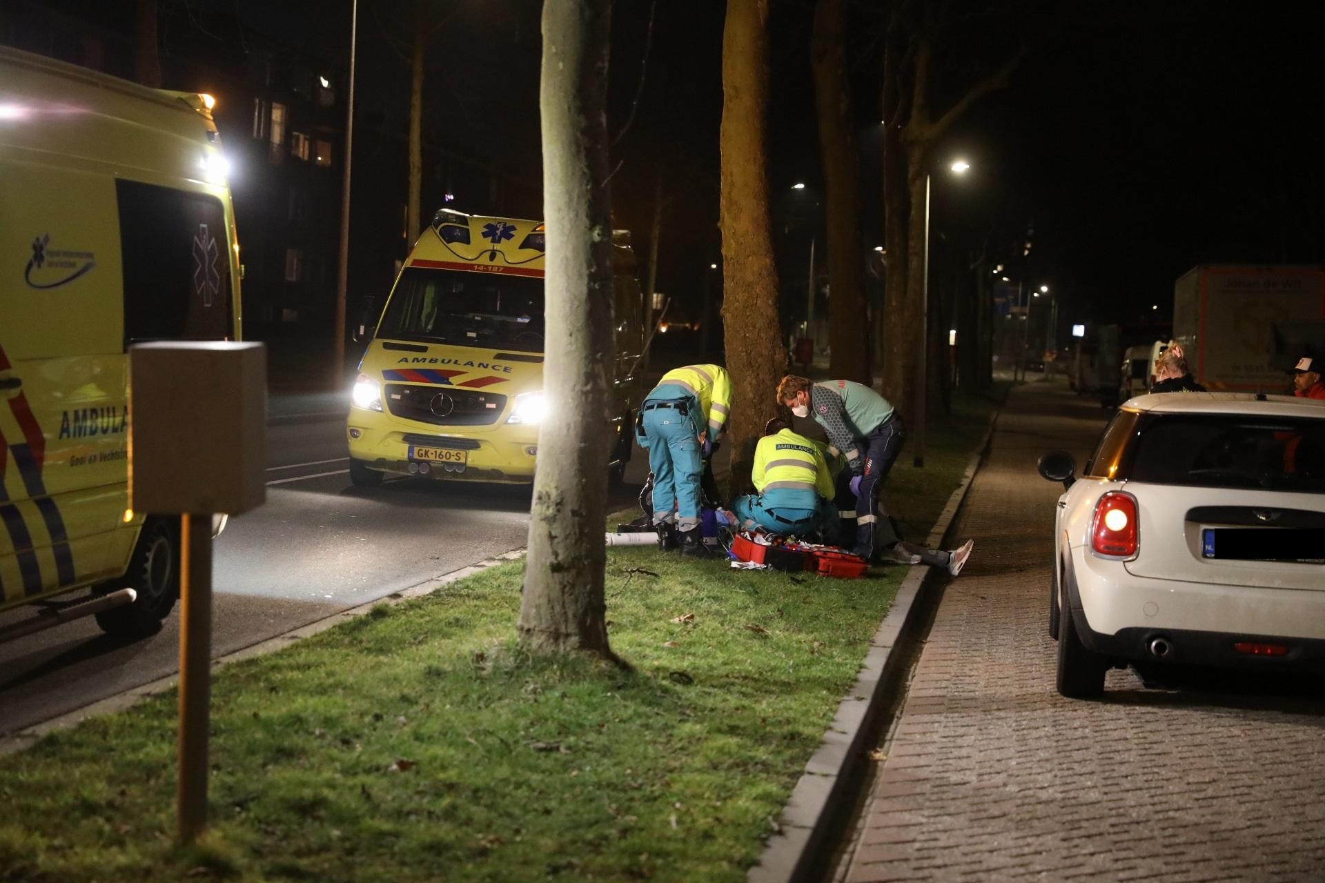 Voorbijgangers treffen gewonde fietser aan naast boom in Hilversum