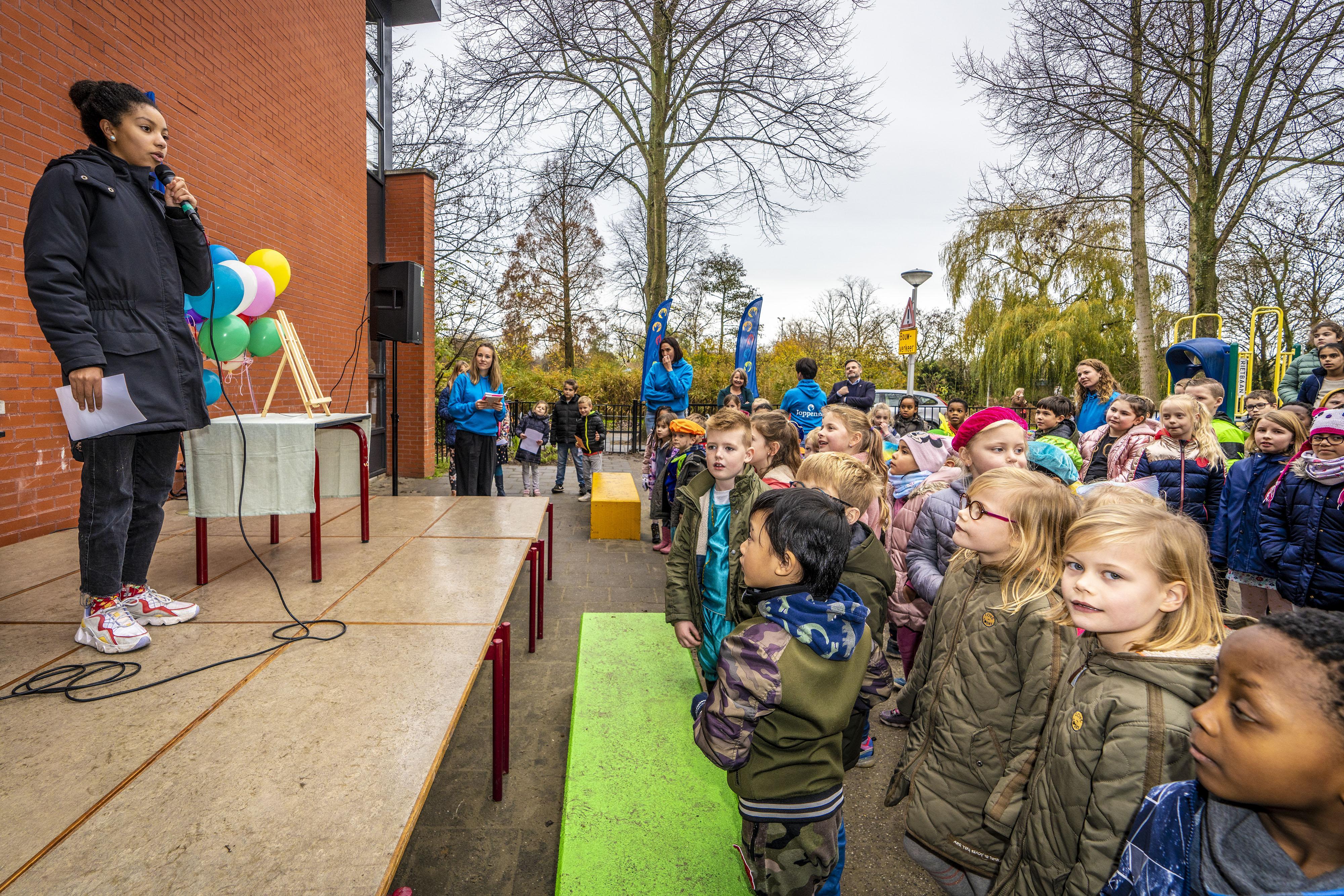 Een plein vol jonge dichters bij basisschool Joppensz in Leiden