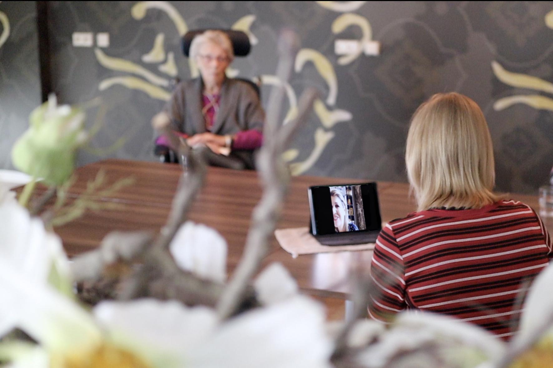 Koningin komt in beeld in Nicolaas verpleeghuis Lutjebroek: 'Je wupt er wel van op'