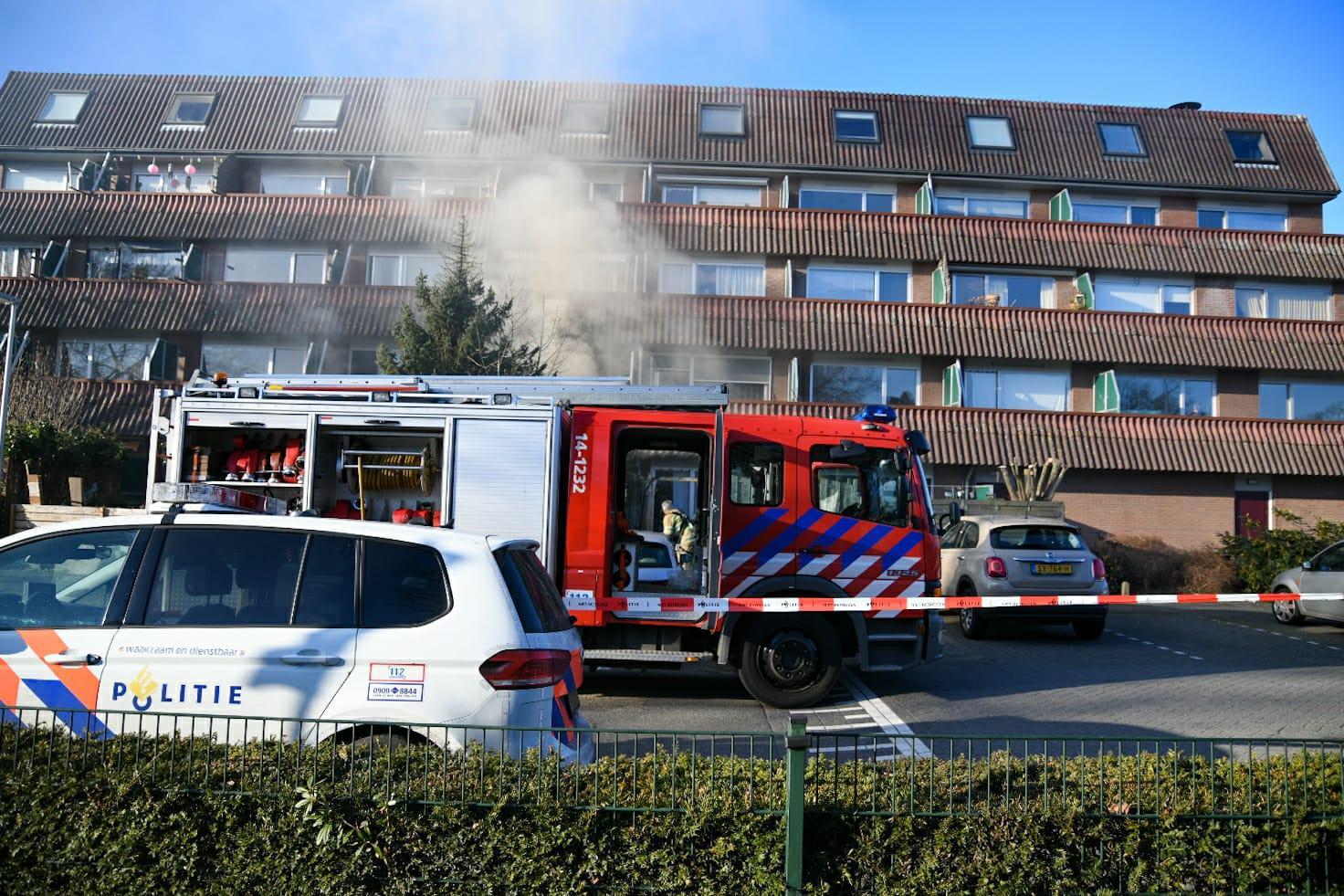 Brand in benedenwoning van appartementencomplex in Bussum, drie huizen ontruimd