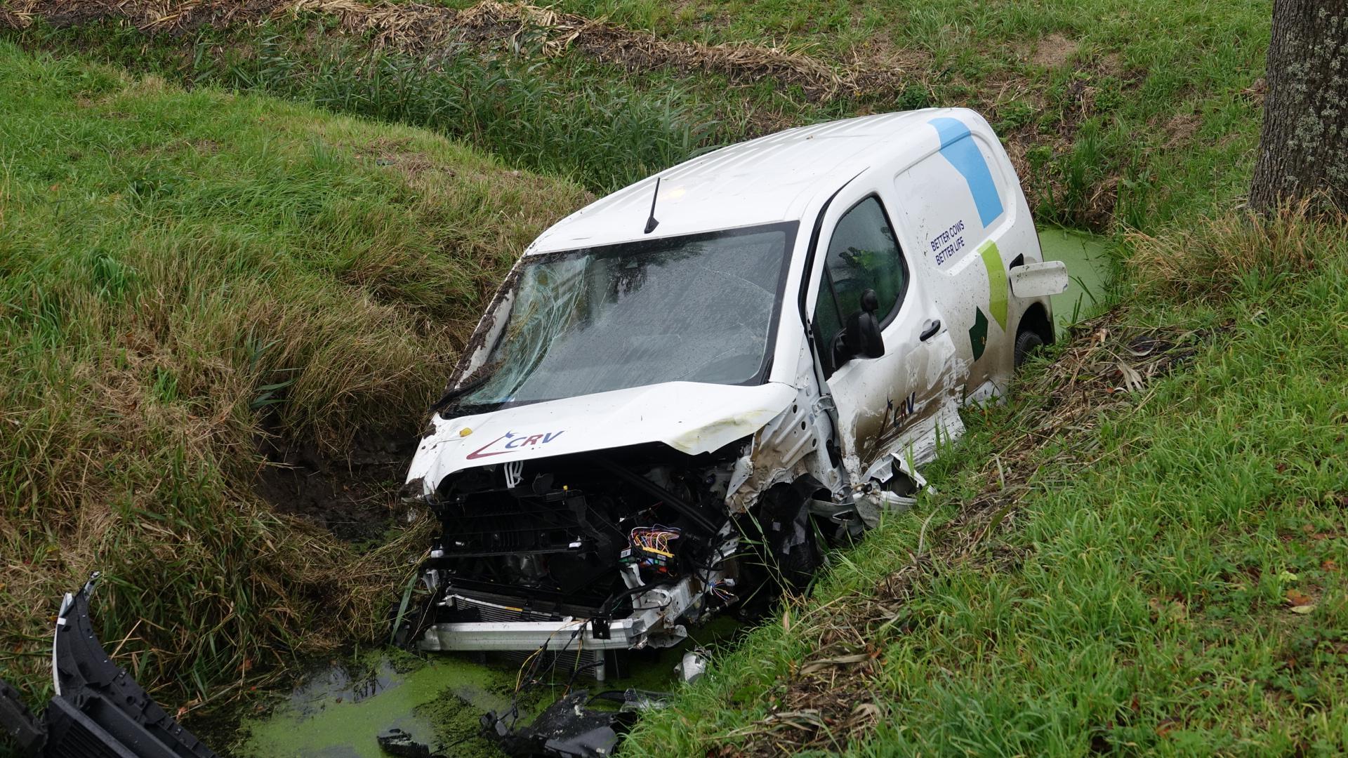 Auto met emmers stierenzaad te water bij botsing in Venhuizen