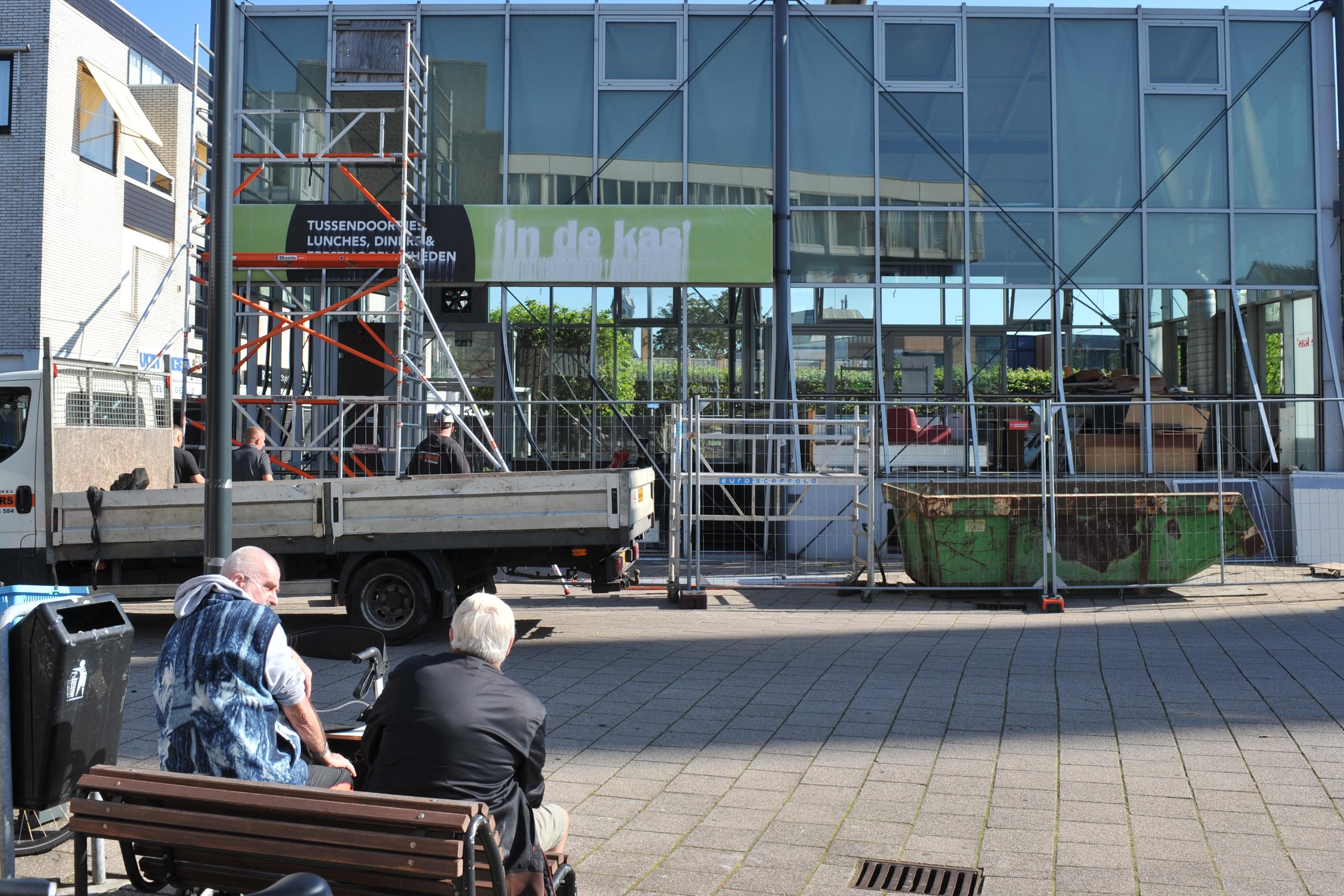 Demontage van In de Kas op Burgemeester Nielenplein is begonnen: dertien jaar lang maakte glazen blikvanger de tongen los