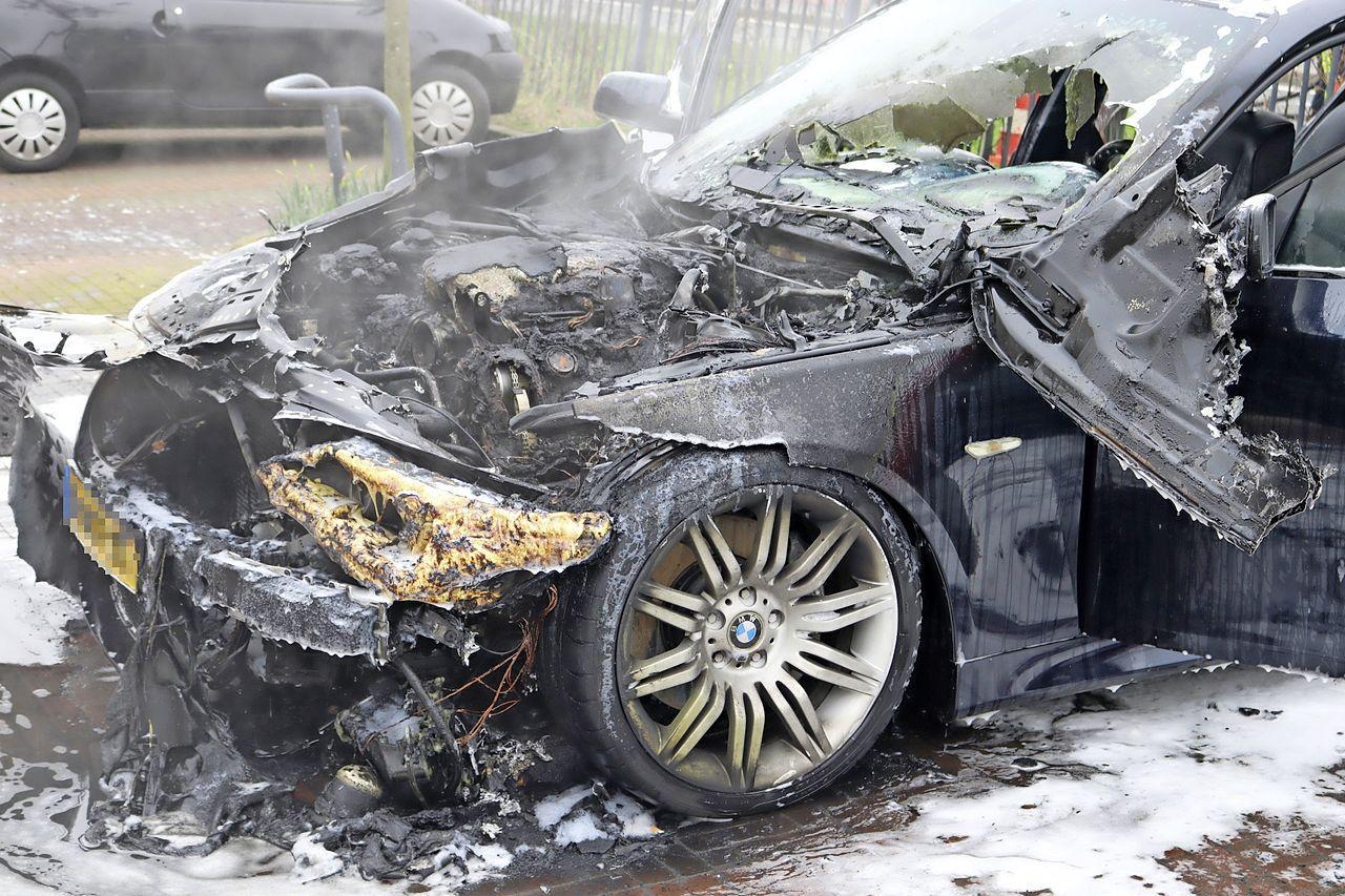 BMW vliegt in brand op parkeerplaats in Hillegom, voertuig is niet meer te redden