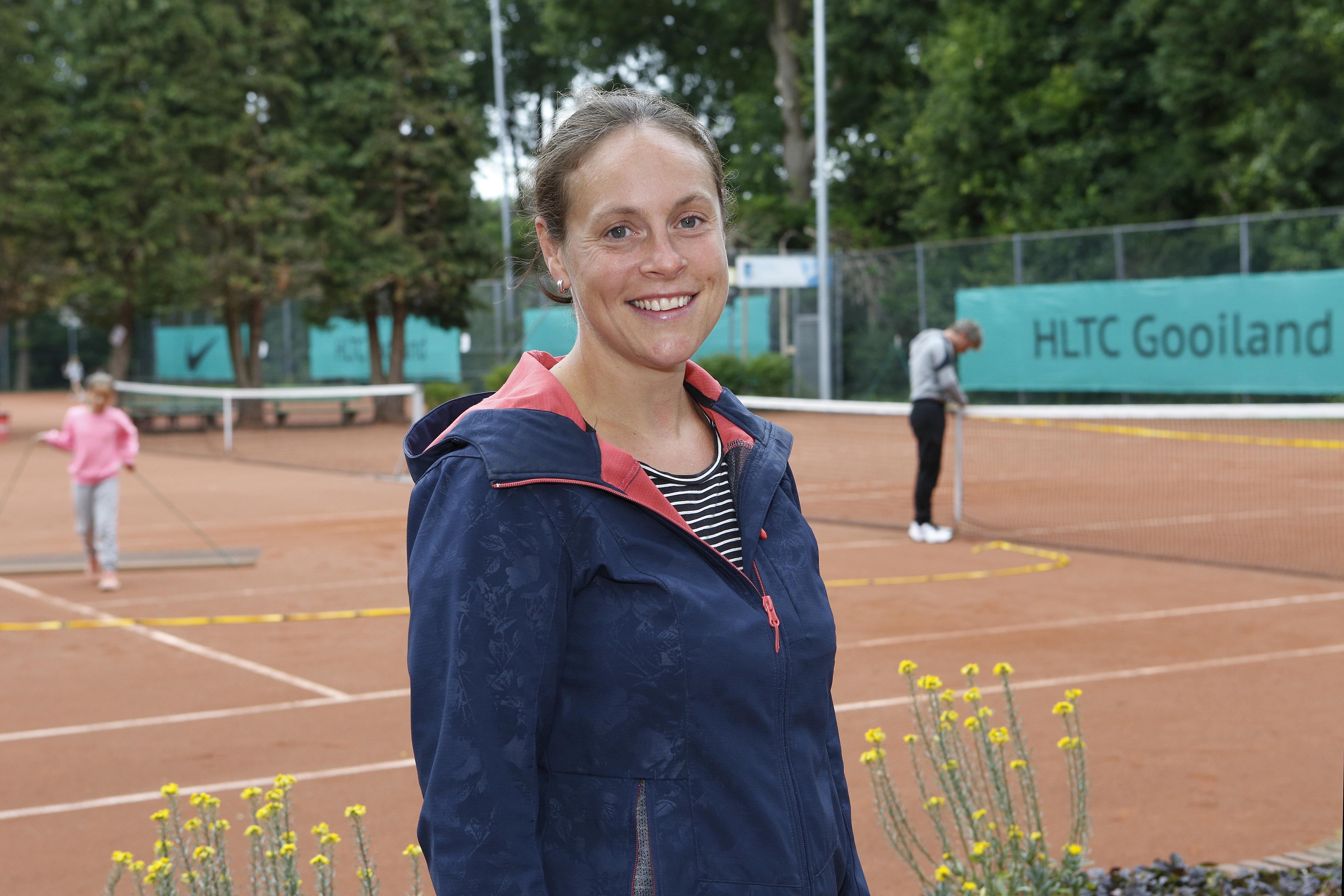 Tijdens de corona-maatregelen sloeg tennisster Jolanda Elenbaas maar een balletje op straat