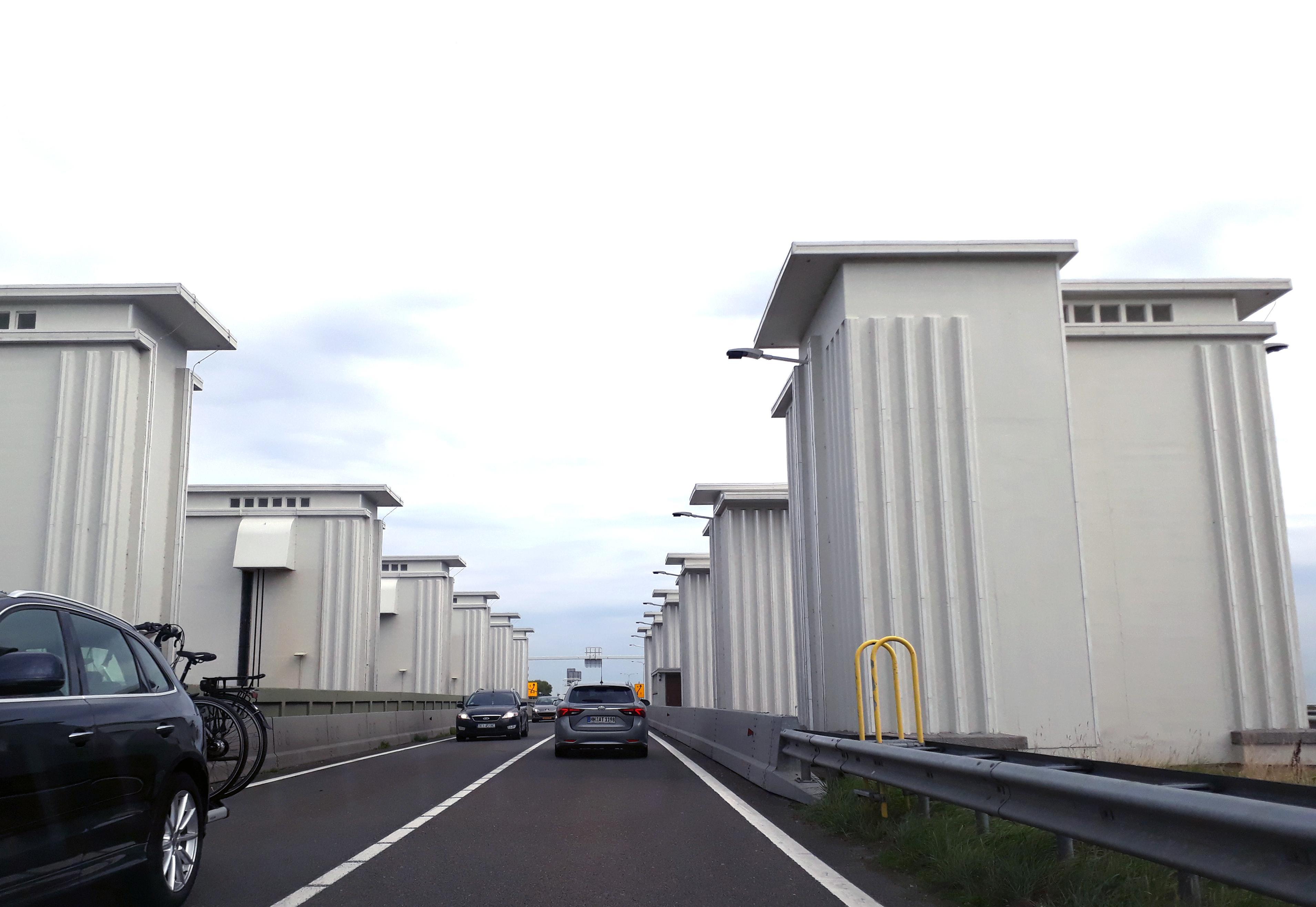 Brug over Lorentzsluis in A7 in storing: Afsluitdijk richting Friesland dicht