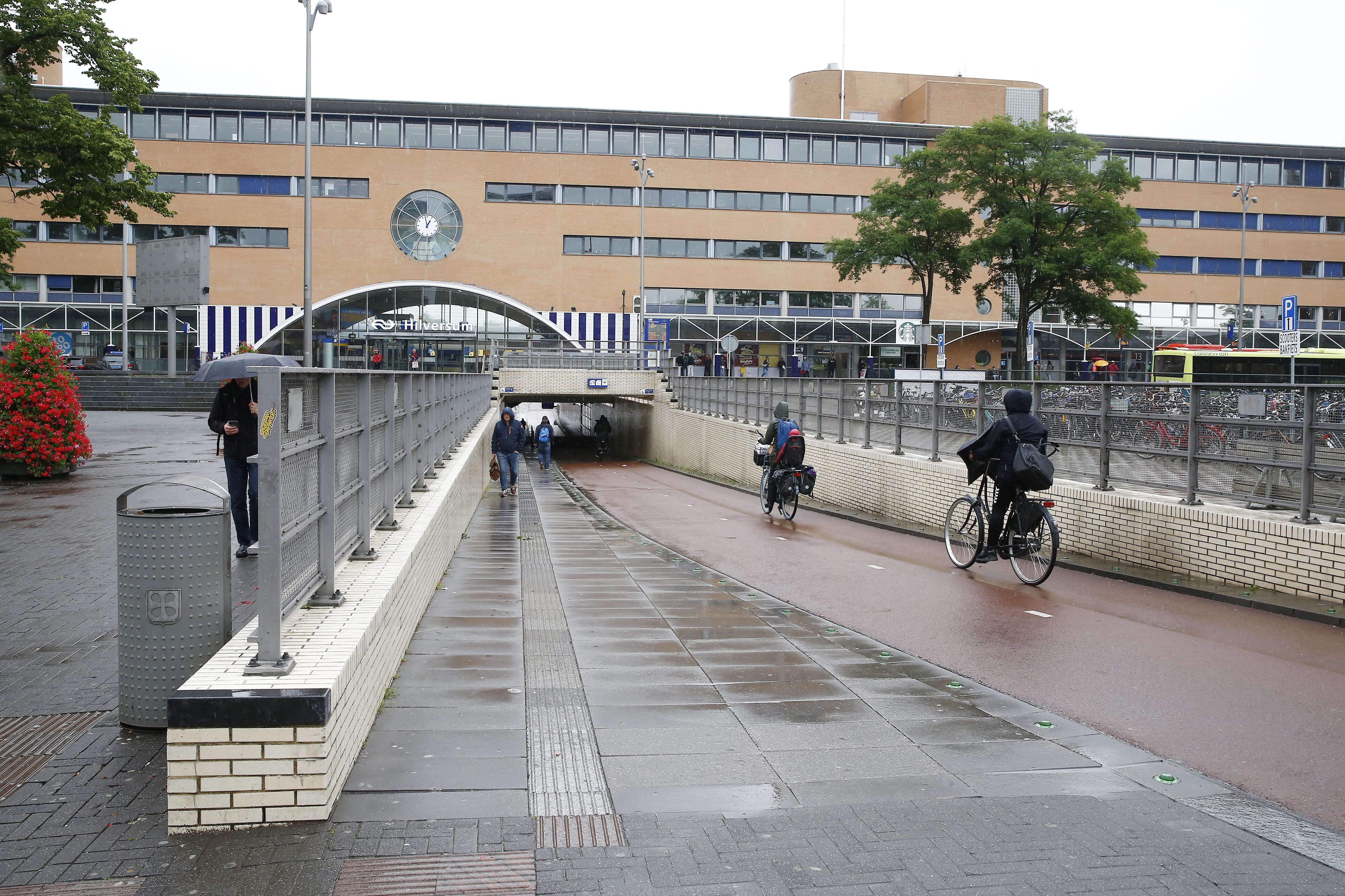 Verbreden fietstunnel onder Station Hilversum kost minimaal 15 miljoen euro. Opknapbeurt van huidige doorgang is veel goedkoper alternatief