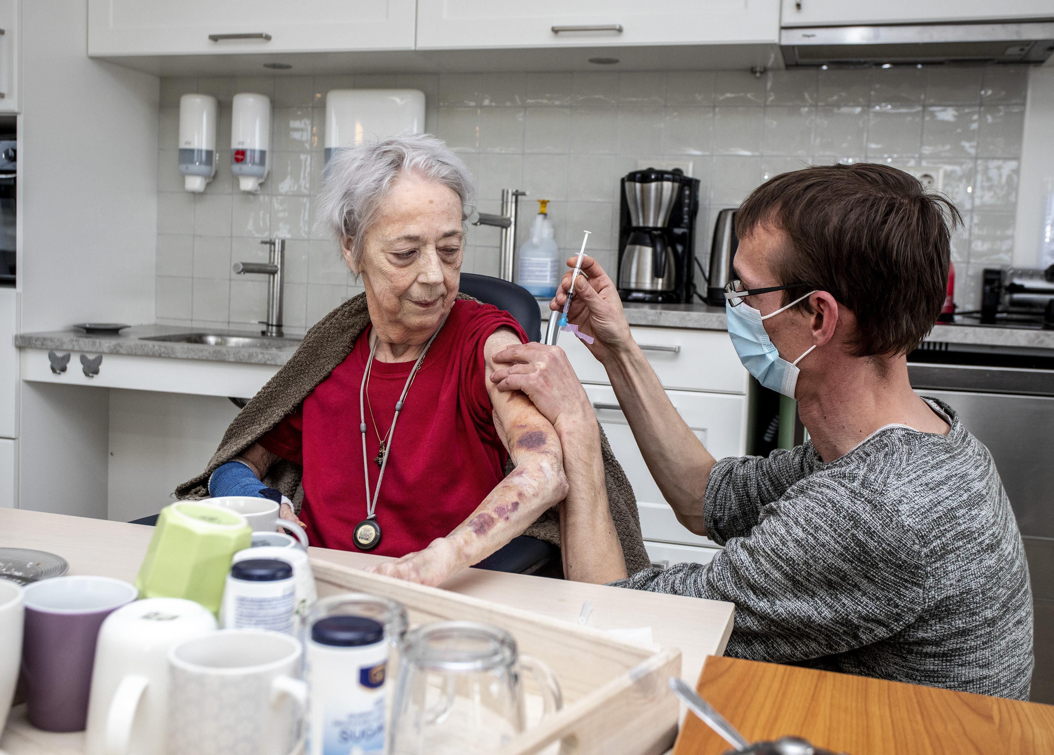 Mevrouw Stam (76) krijgt in Velserduin als een van de eersten het coronavaccin. 'Ik ben er ontroerd door'