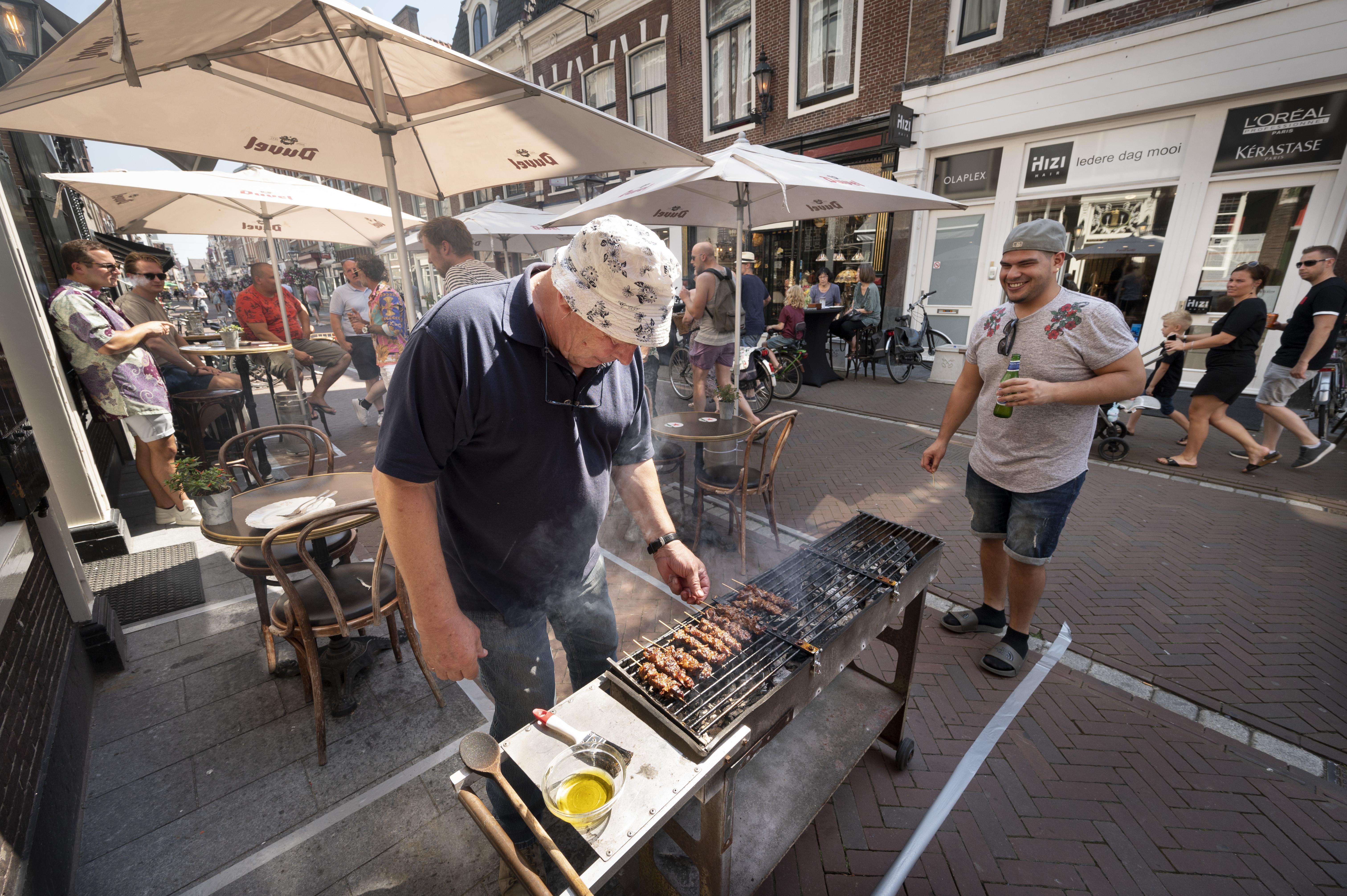 Dertien deelnemers strijden in café De Vergulde Kruik om bokaal voor de lekkerste varkenssaté van Leiden