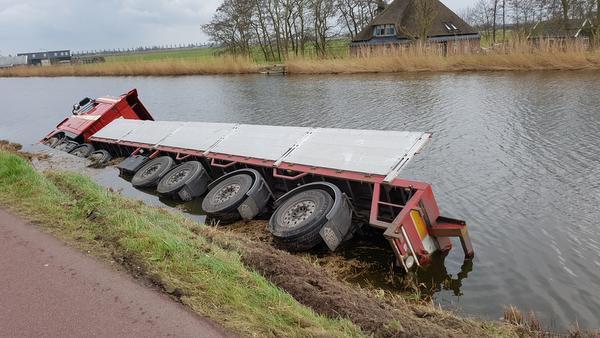 Vrachtwagen omgevallen op de Walingsdijk in Ursem