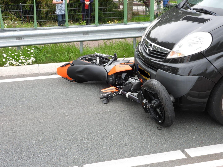 Motorrijder gewond bij val na inhaalactie op N235 bij Ilpendam