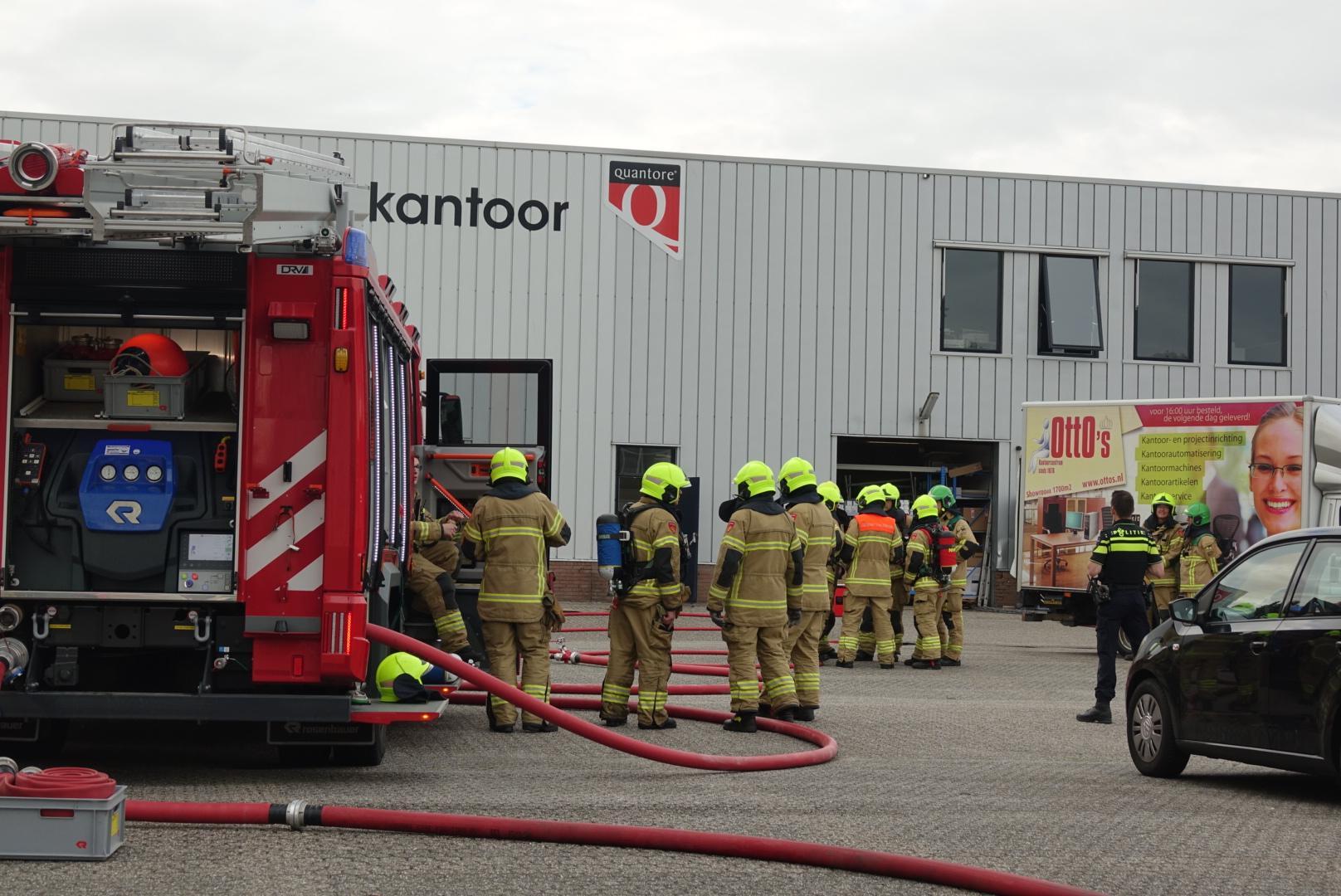 Veel rook bij brand in kantoorgroothandel in Broek aan Langedijk [update]