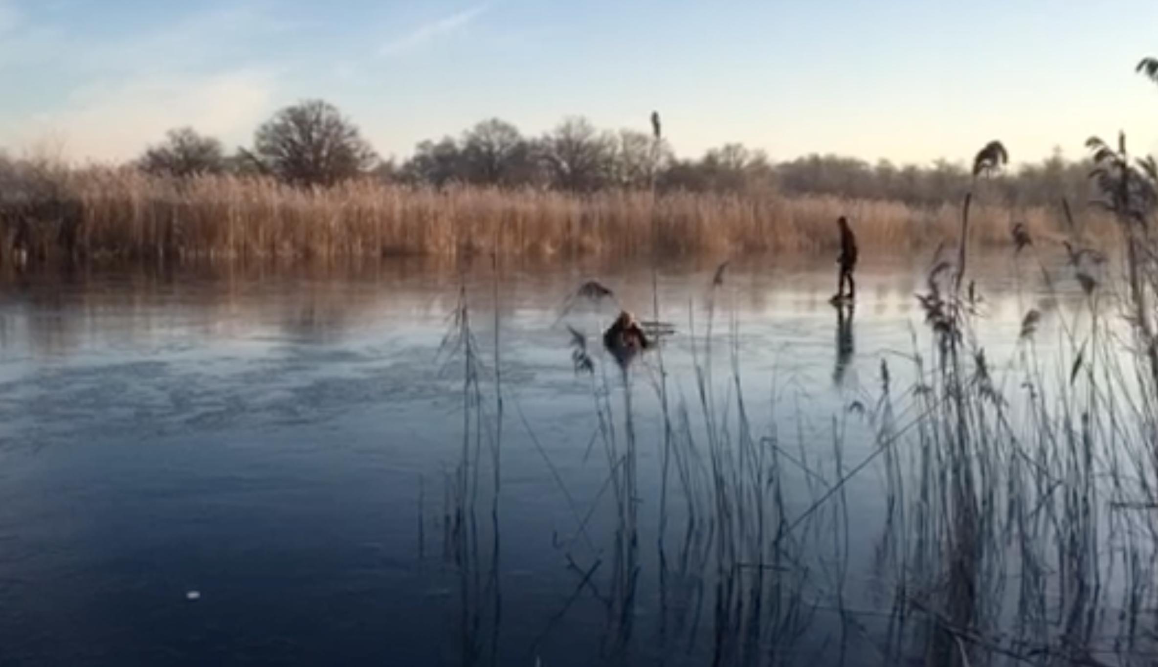 Schaatsster zakt door ijs in Ankeveen [video]