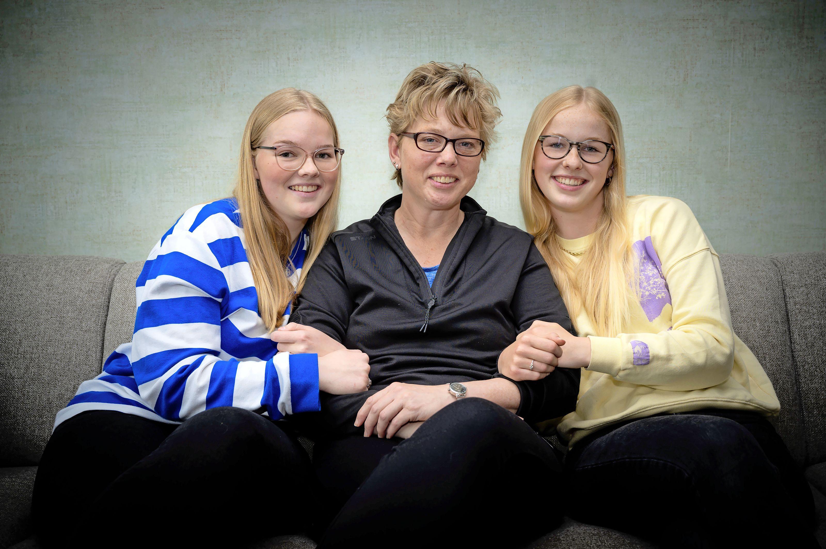 Jonge mantelzorgers - De moeder van Marit (13) en Amber (16) is terminaal ziek. 'Ik bid elke dag dat ze beter wordt en lekker zal slapen die nacht'
