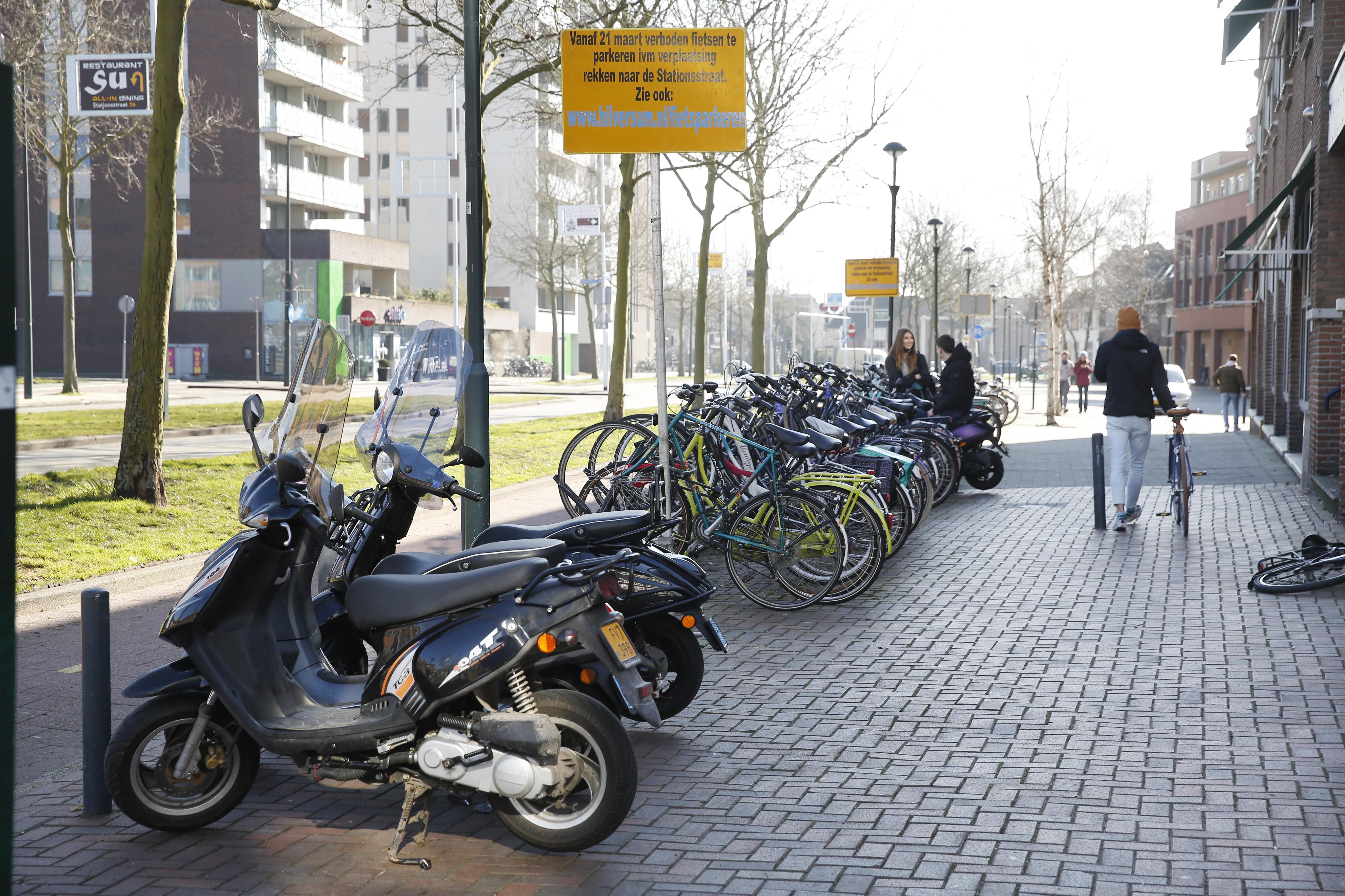 Hilversum haalt fietsenrekken aan centrumkant van Schapenkamp weg. Wethouder Scheepers: 'Voorbereidende werkzaamheden voor fantastisch Stationsgebied'
