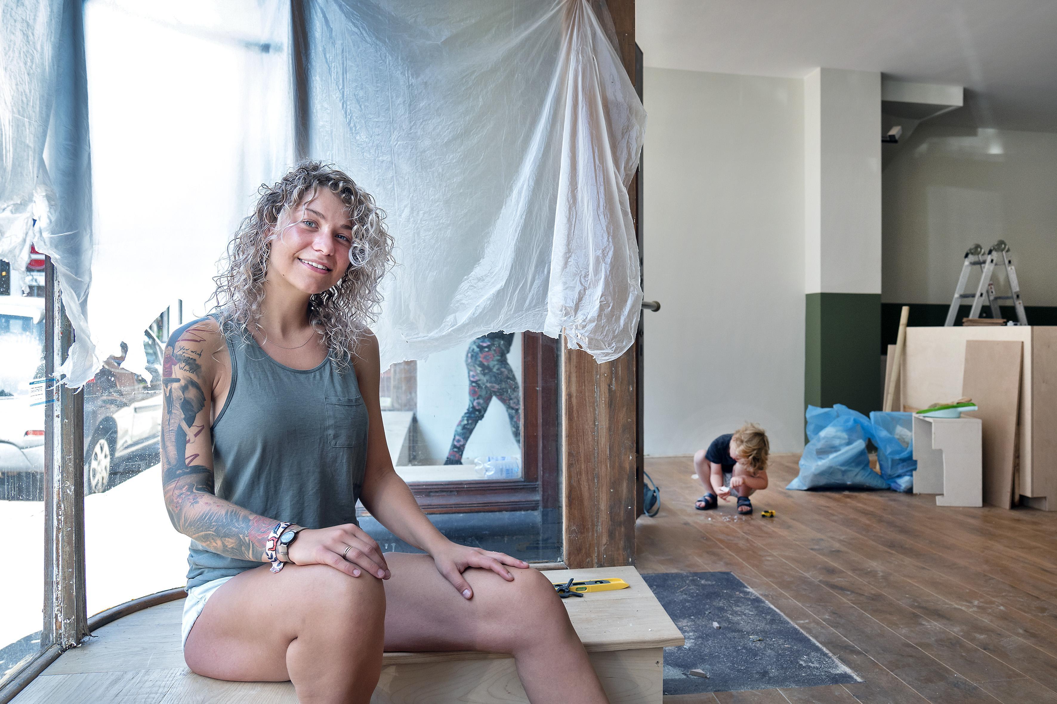 Tattooshop Ink Meesters opent in Haarlemse Barrevoetestraat: Amber Tromp Meesters leerde tatoeëren op varkenshuid