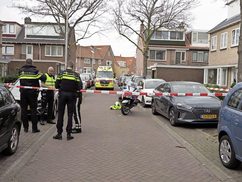 Moeder woest op vluchtende scooterrijder die zoon aanrijdt. Vervolgens wordt ze zelf omvergereden door motoragent in IJmuiden
