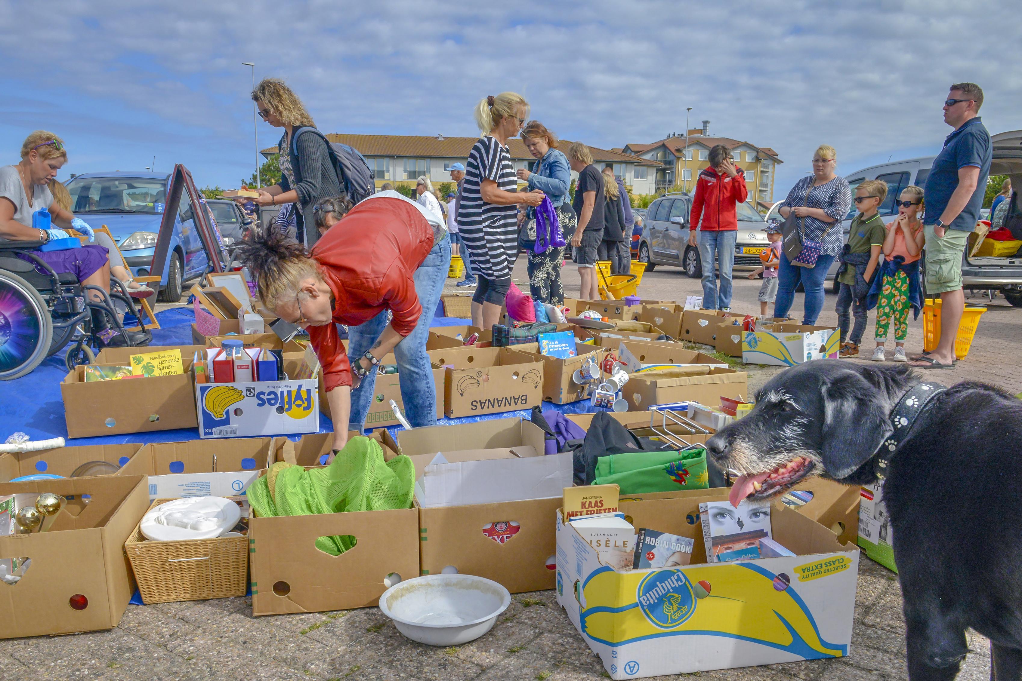 Coronaproof snuffelen op kofferbakmarkt in De Koog