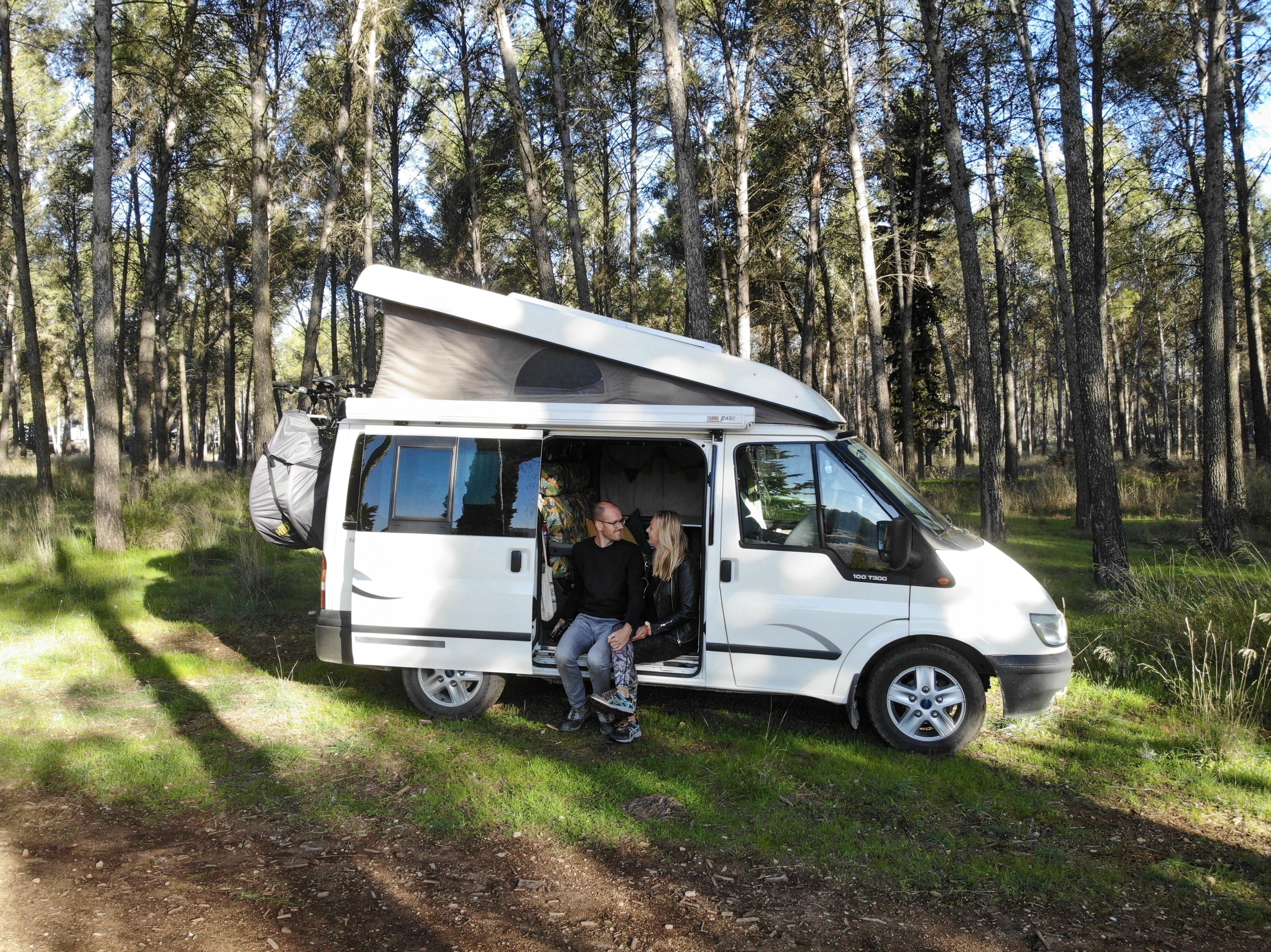 Corona voor Sandra en Adriaan geen reden om thuis te blijven. Ze reizen sinds begin november met een busje Europa door. 'De gok wagen en kijken wat er wél kan'