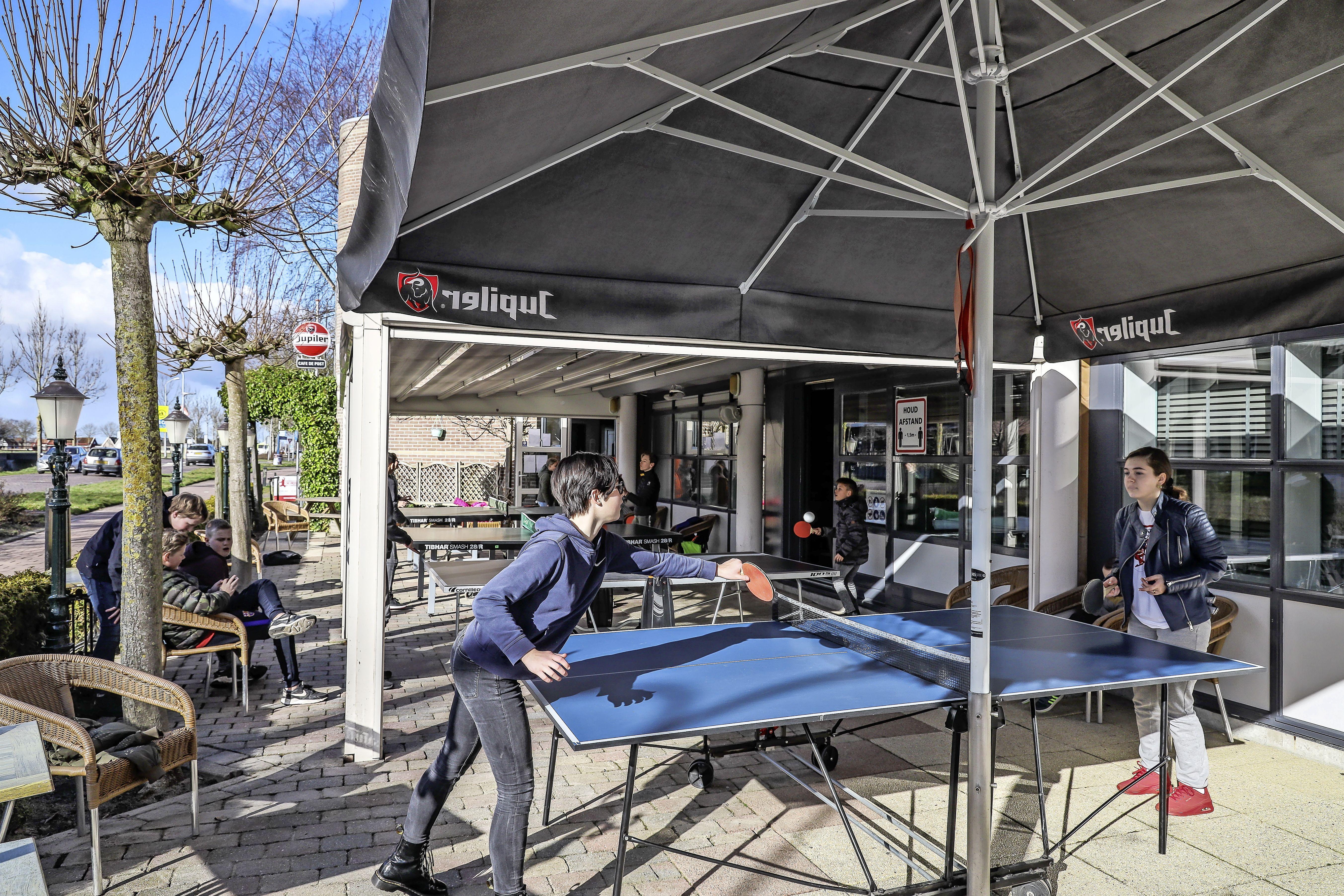 Eindelijk weer reuring op het terras. Jeugd mag een week lang komen tafeltennissen bij Grand Café De Post in Midwoud [video]