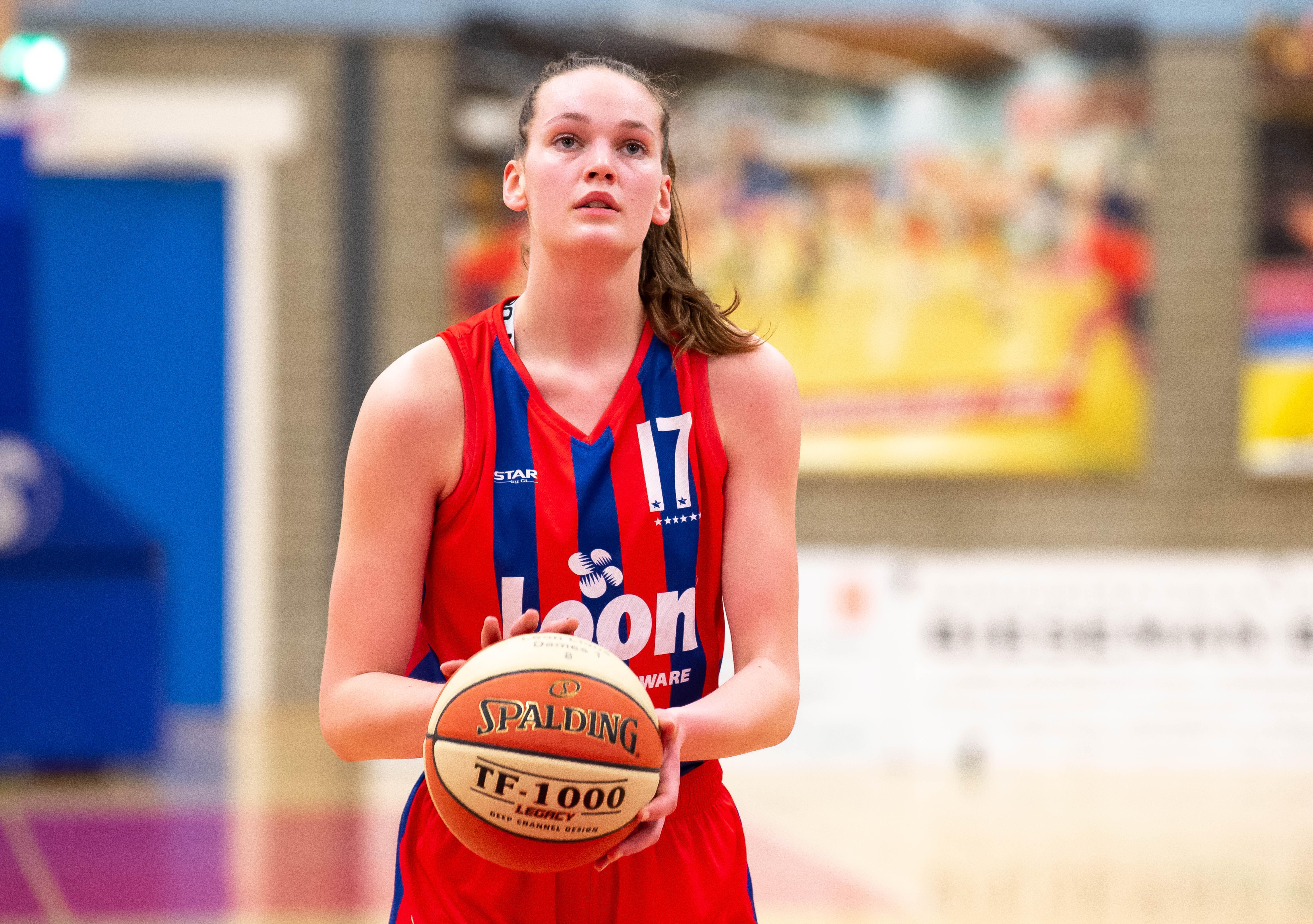 Keuzestress tussen de drukte van schoolexamens en play-offs door: Amerikaanse colleges laten oog vallen op Hilversums basketbaltalent Maud Huijbens (17)