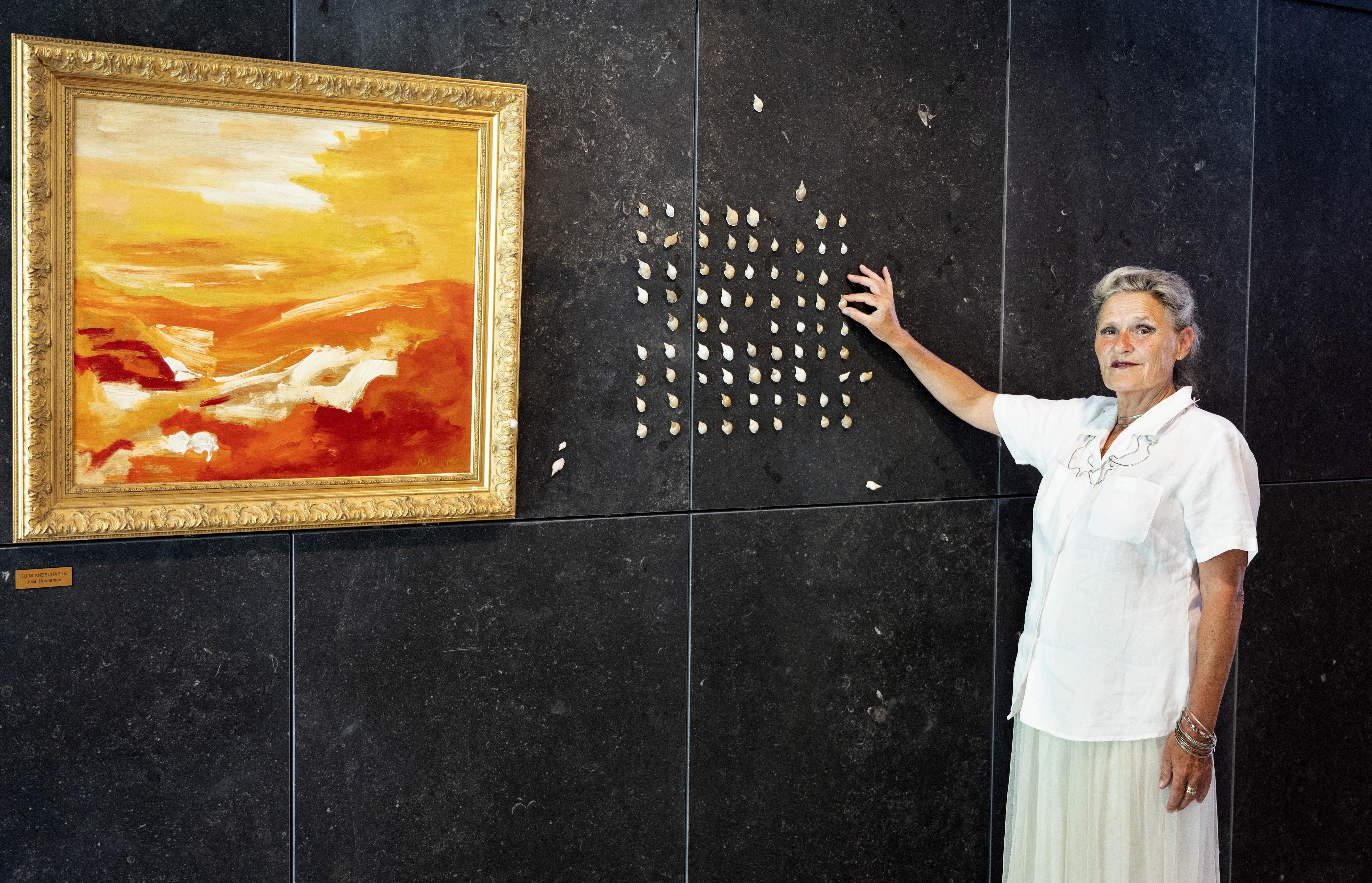 Julia Henneman laat Bloemendaalse vrouwen exposeren op kunstmuur